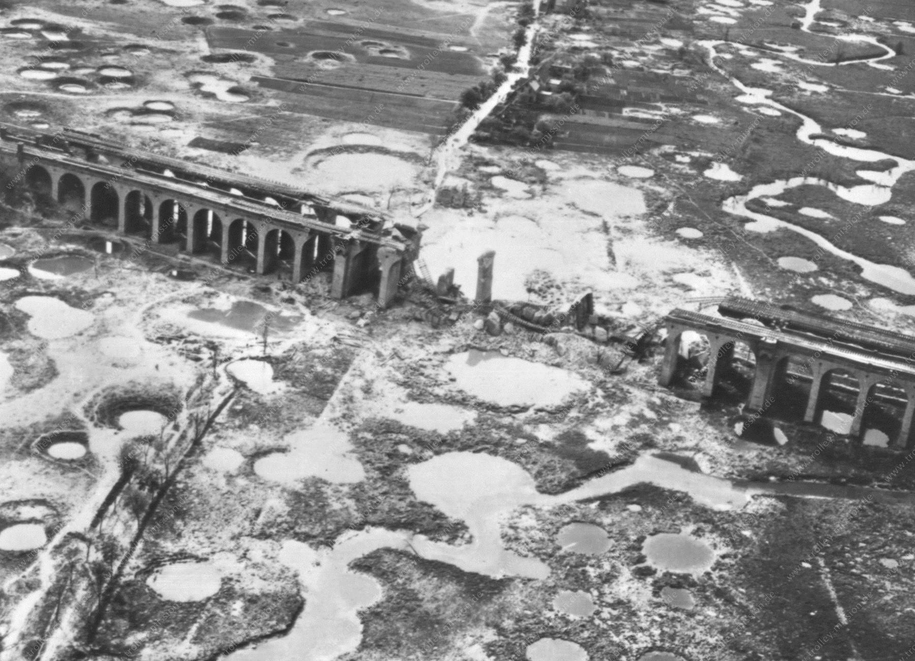 Bielefeld 1945 - Schildescher Viadukt nach den Fliegerbomben - Aufgenommen aus Nordosten über dem heutigen Obersee