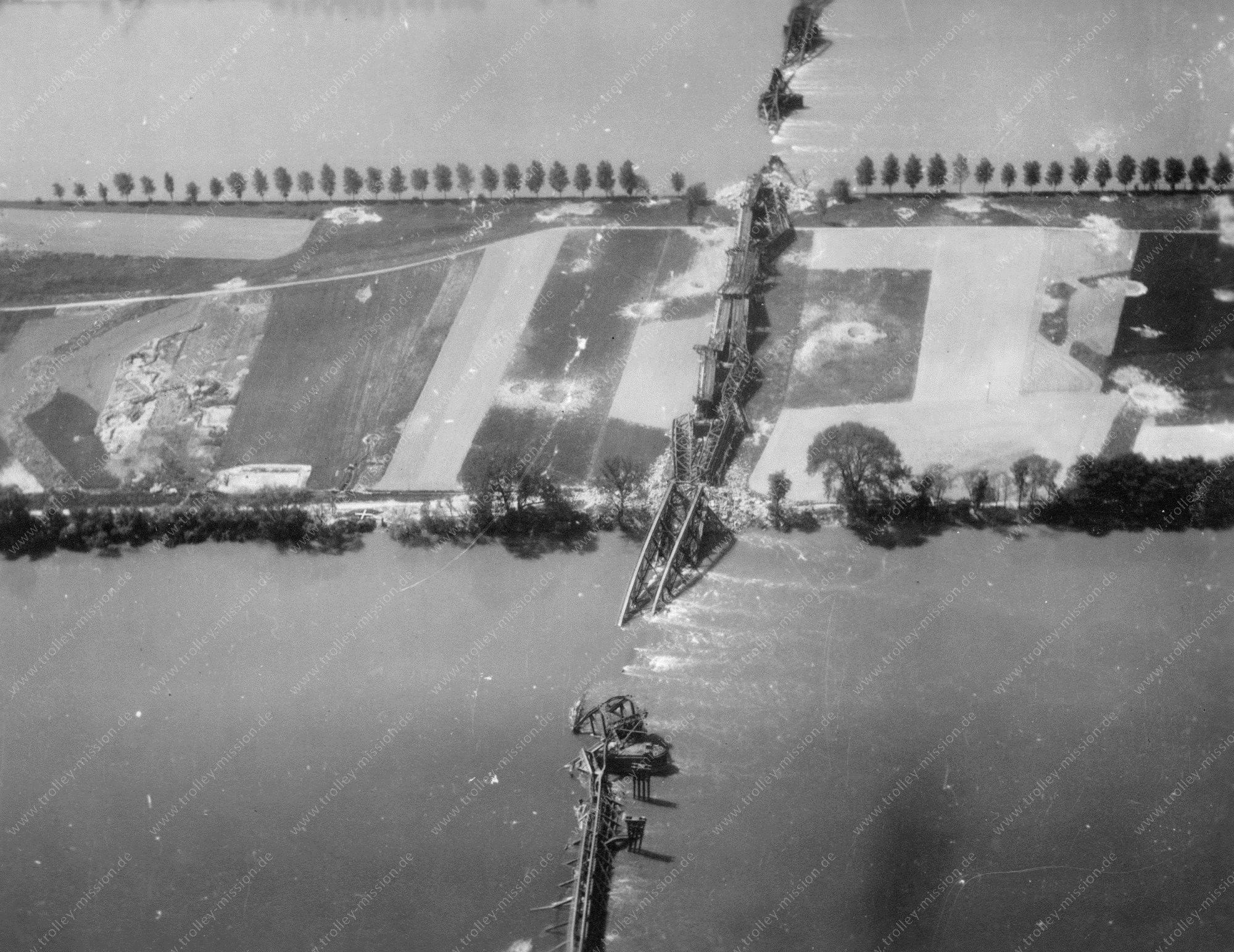 Mainz Luftbild der zerstörten Kaiserbrücke bzw. Nordbrücke zwischen der Mainzer Neustadt und Mainz-Amöneburg und Mainz-Kastel