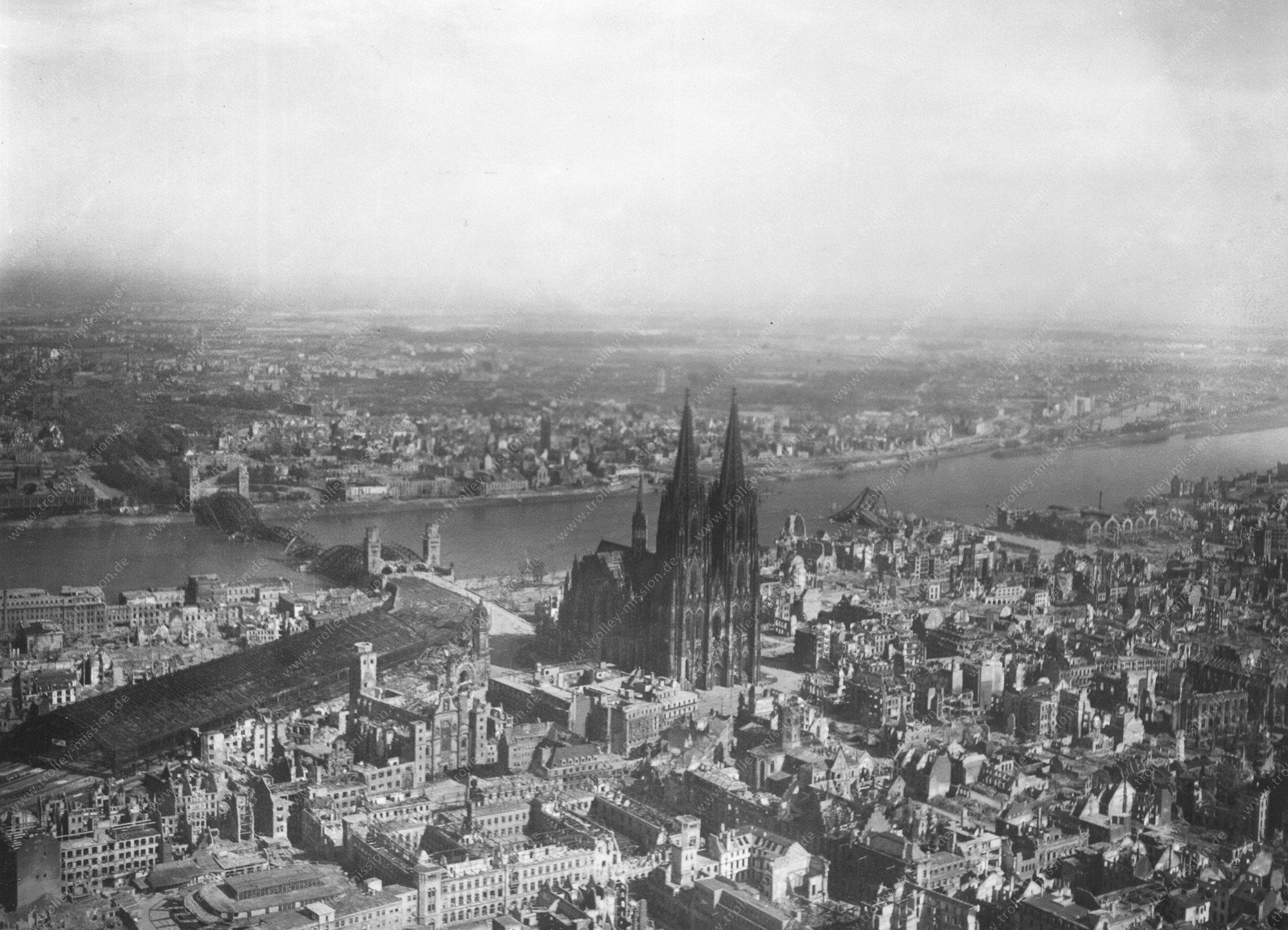 Luftbild aus dem Mai 1945 von Köln, seinem Hauptbahnhof und der Hohenzollernbrücke