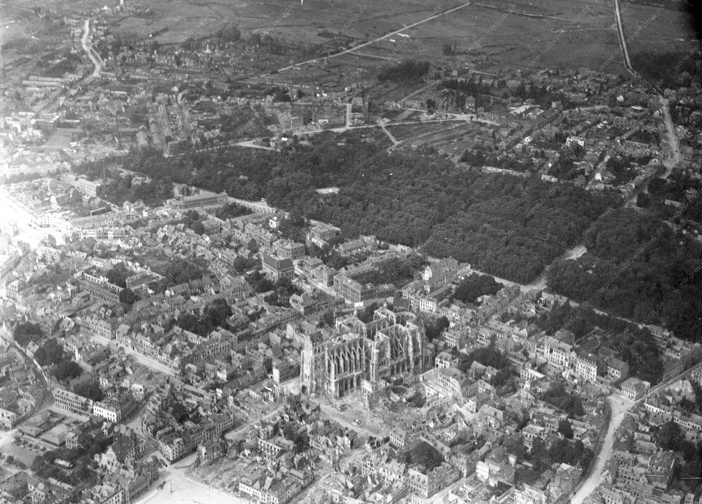 Luftaufnahme der zerstörten Basilika in Saint-Quentin (Frankreich)