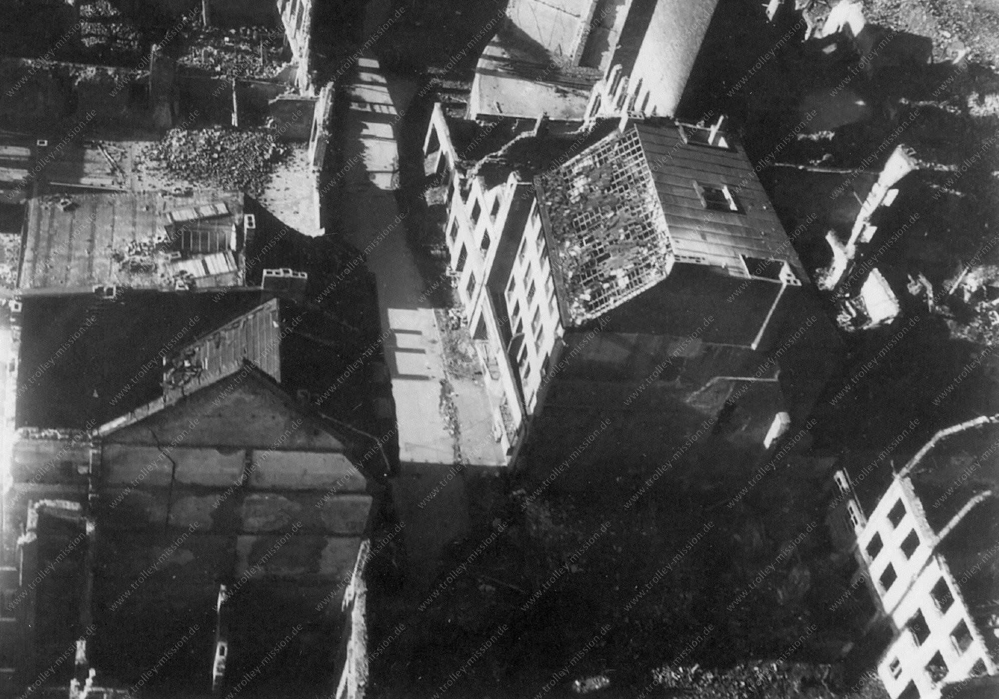 Unbekanntes Luftbild Zerstörte Häuser in einer Straße