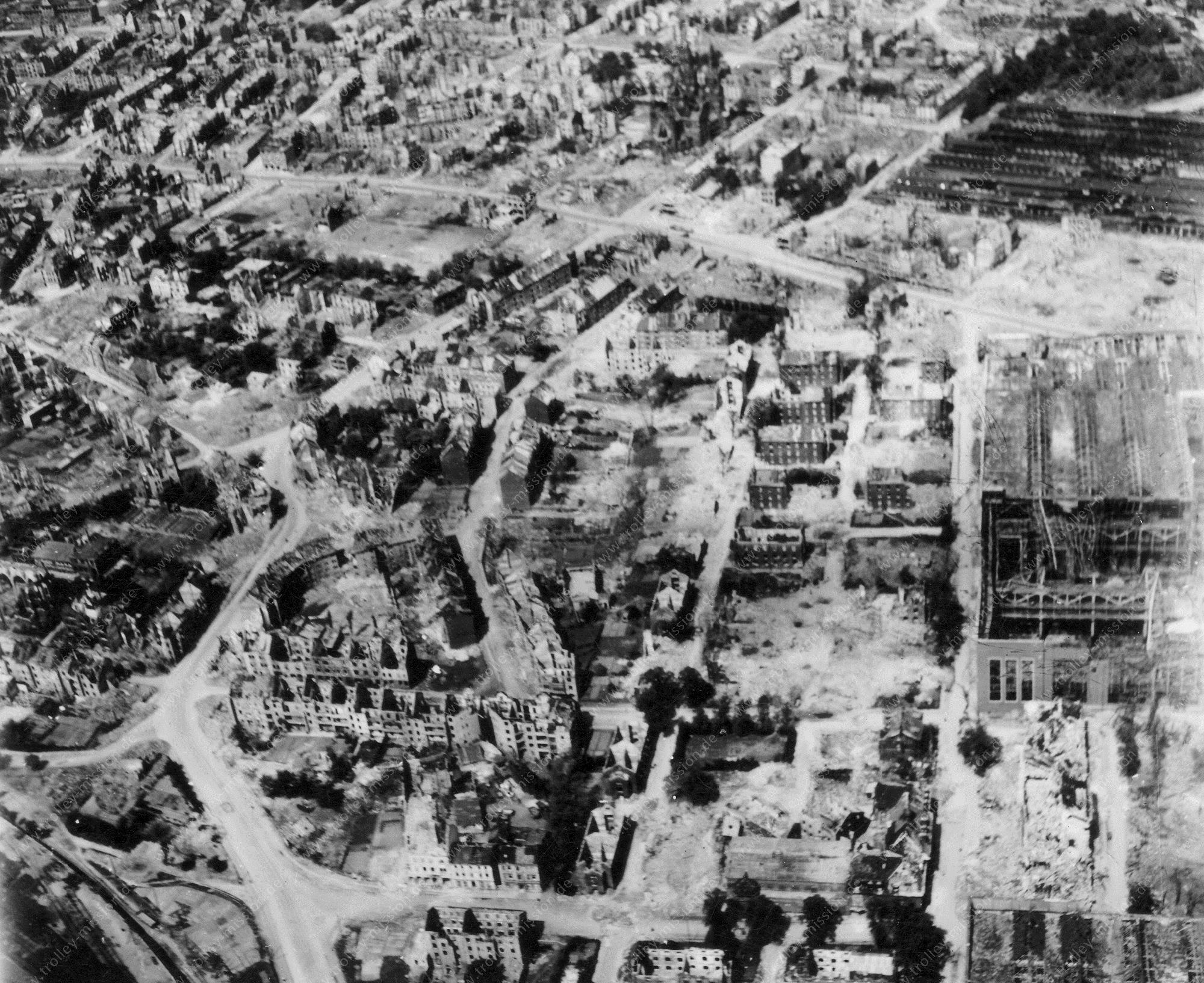 Luftbild von Essen im Mai 1945 - Sälzerstraße, Helmholtzstraße und Buddestraße sowie Krupp-Werke an der Haedenkampstraße