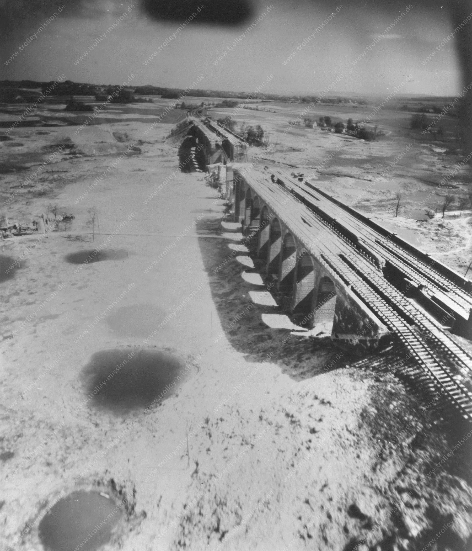 Bielefeld - Tiefflug über das Johannisbachtal am Schildescher Viadukt - Luftaufnahme 1945