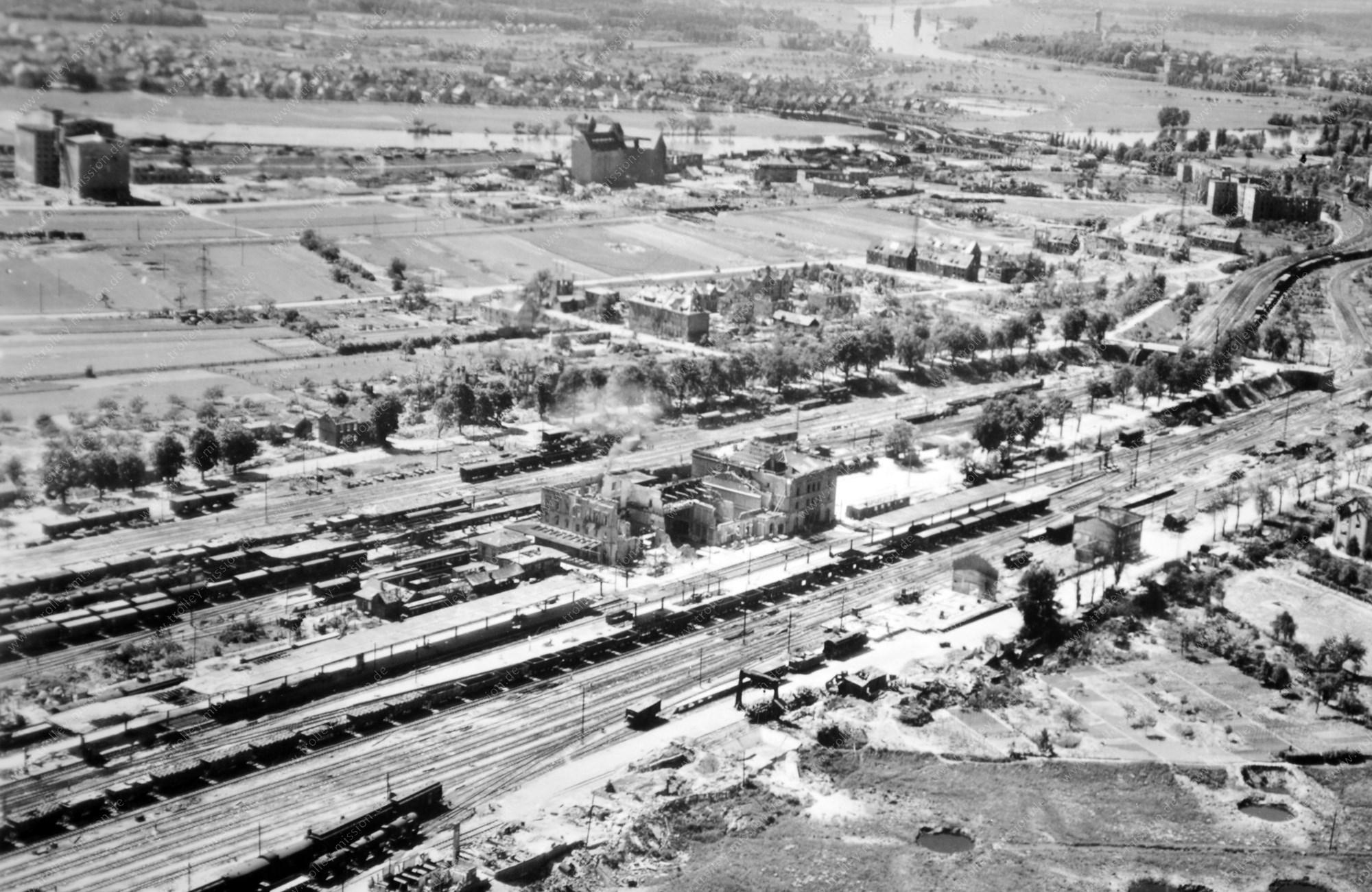 """Der alte Bahnhof """"Hanau Ost"""" bzw. """"Hanau Hauptbahnhof"""" im Mai 1945 nach den Luftangriffen der Alliierten"""