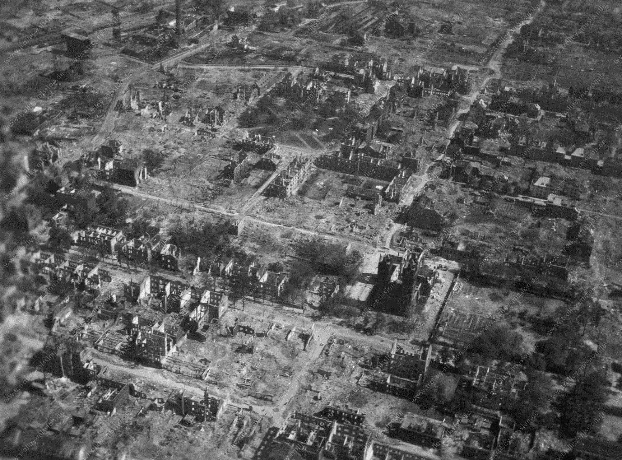 St. Joseph Kirche sowie Möntingplatz in Gelsenkirchen - Luftbild aus dem Mai 1945
