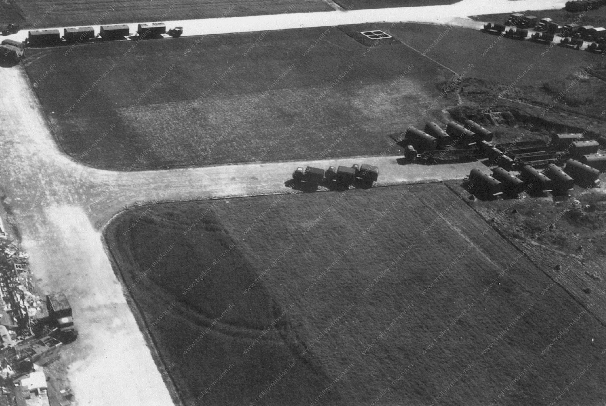 Unbekanntes Luftbild Flugplatz oder Kaserne mit US-Militärfahrzeugen