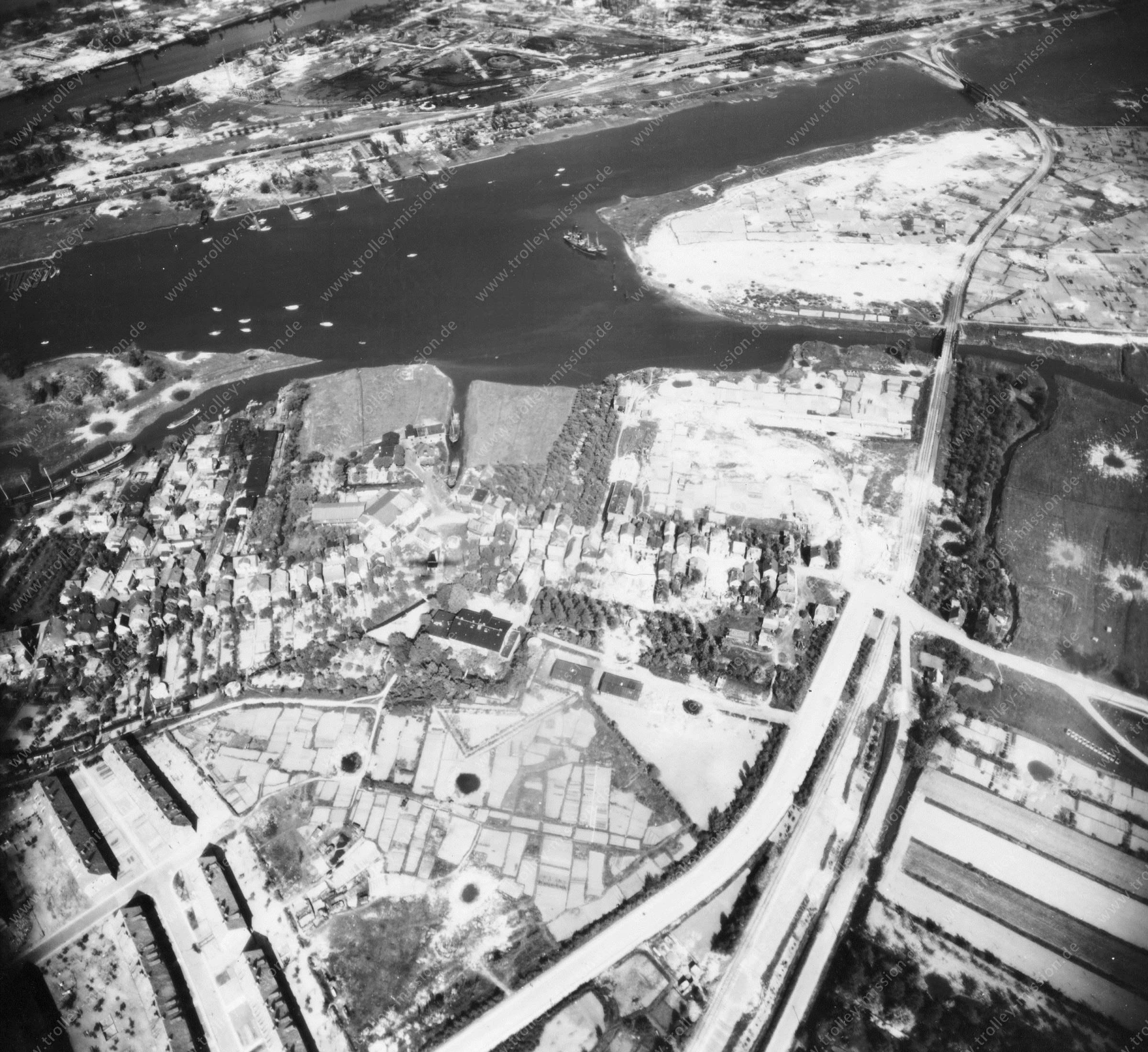 Luftbild von Hamburg und Hafen am 12. Mai 1945 - Luftbildserie 1/19 der US Air Force