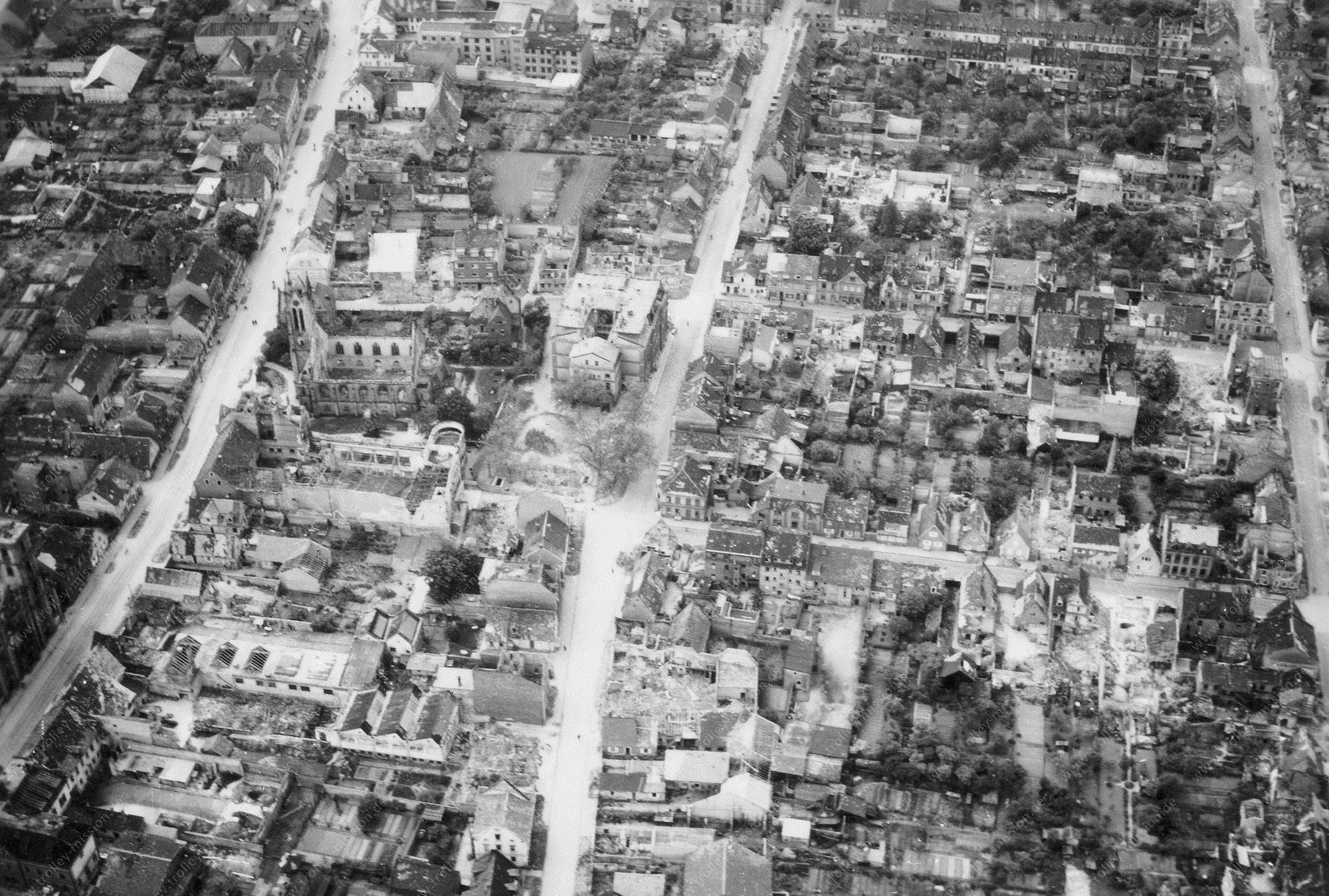 Unbekanntes Luftbild mit zwei Kirchen in einer Straße (Bild links, unten)