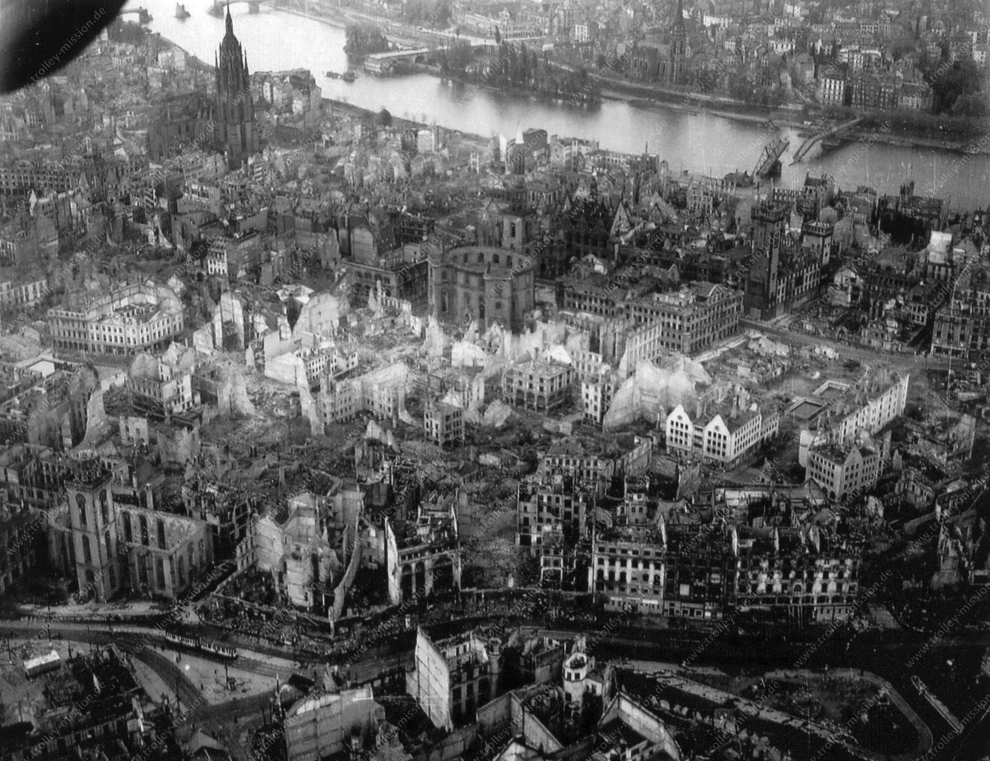 Luftbild von Frankfurt am Main mit Paulskirche, Dom und zerstörter Altstadt