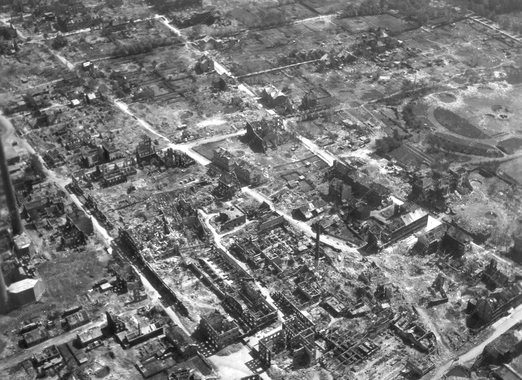Luftbild vom Stadtteil Schalke in Gelsenkirchen nach den Luftangriffen im Mai 1945