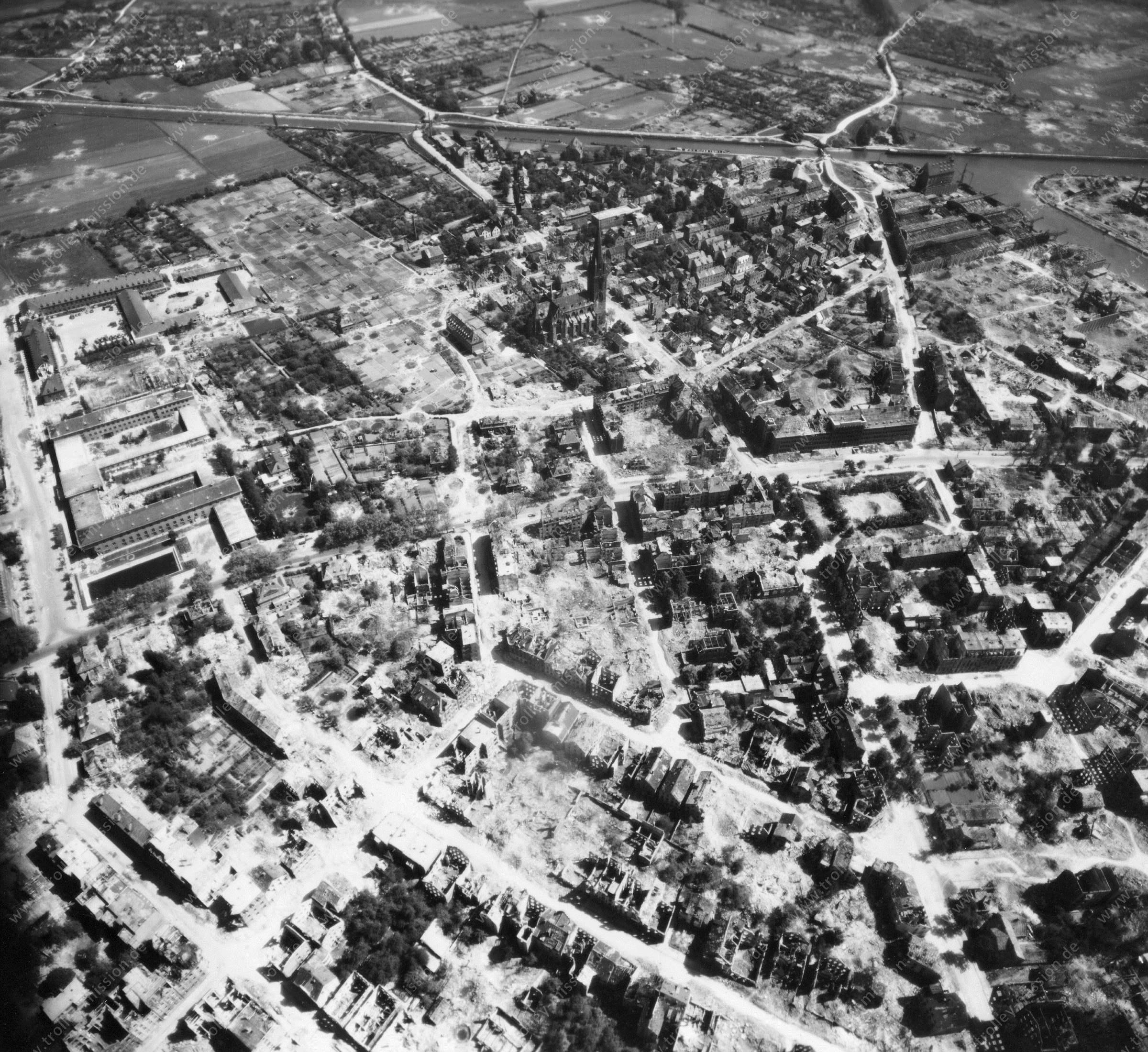 Münster nach dem Krieg: Herz-Jesu-Kirche sowie Wolbecker Straße und Schillerstraße über den Kanal - Luftbildserie 11/11 der US Air Force von Münster (12. Mai 1945)