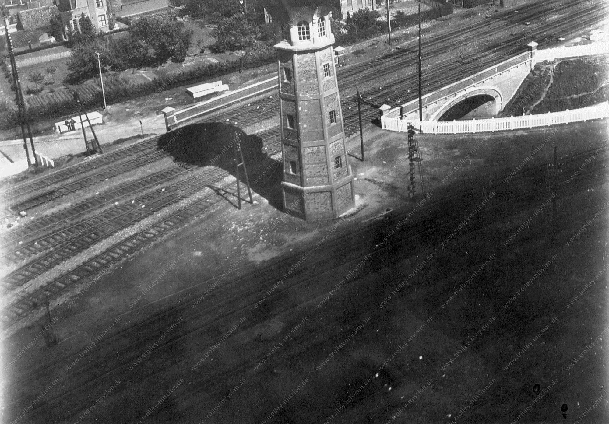 Luftbild vom Wasserturm am Bahnhof in Denderleeuw (Belgien)