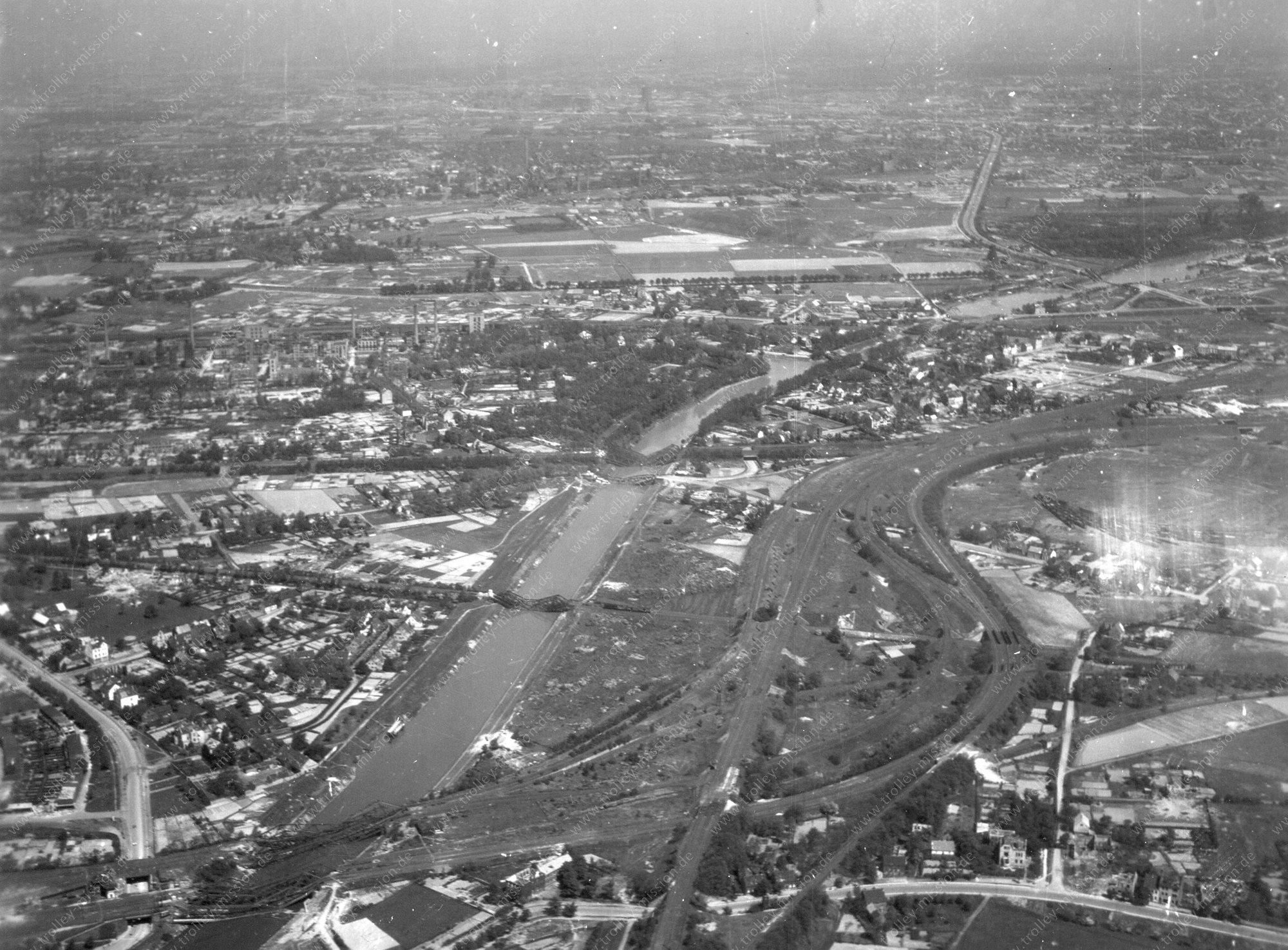 Luftbild von Duisburg und Bahnhof Duisburg-Ruhrort
