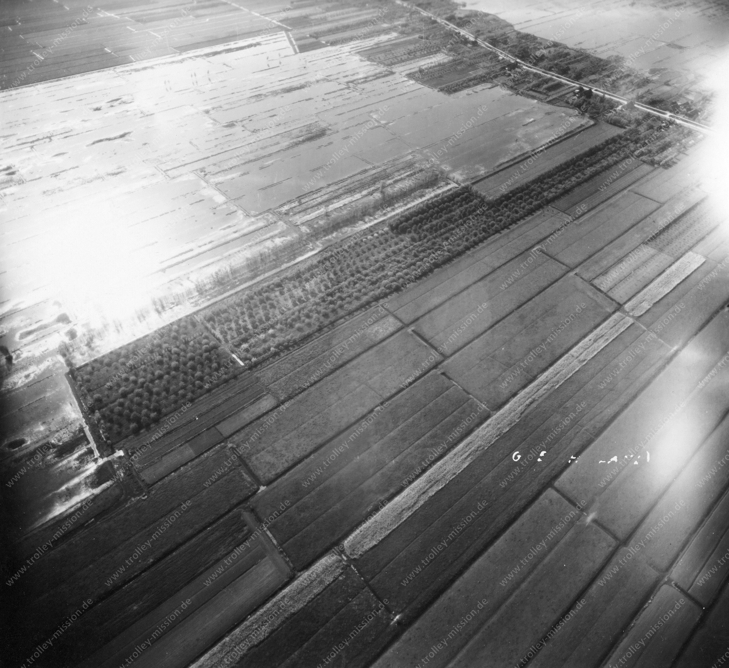 Luftaufnahme von Benschop kurz vor Den Haag im Mai 1945 (Niederlande)