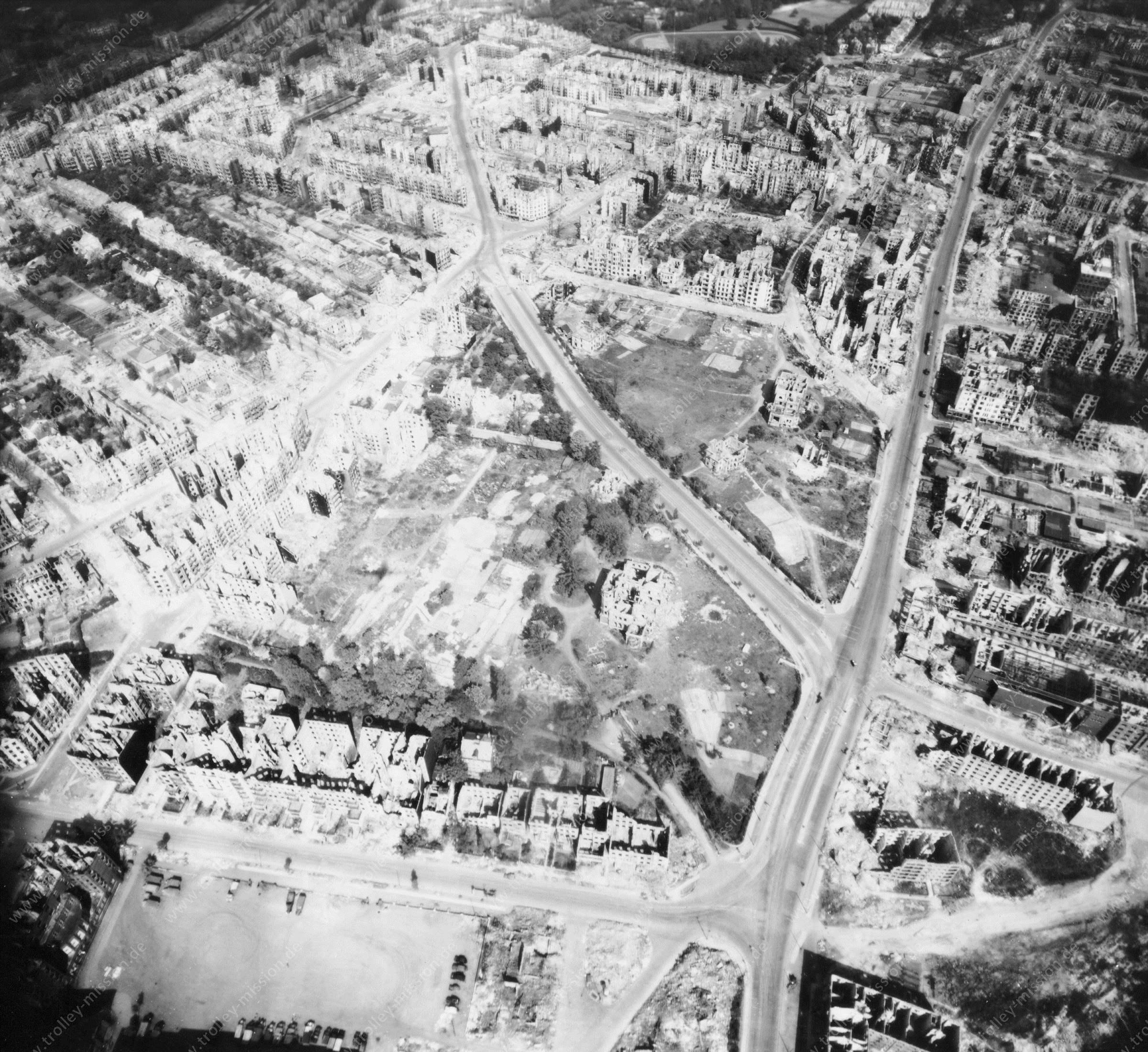 Luftbild von Hamburg und Hafen am 12. Mai 1945 - Luftbildserie 18/19 der US Air Force