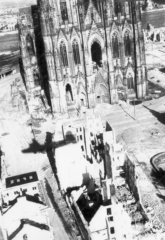 Kölner Dom im Mai 1945 - Luftbild im Tiefflug der US Air Force