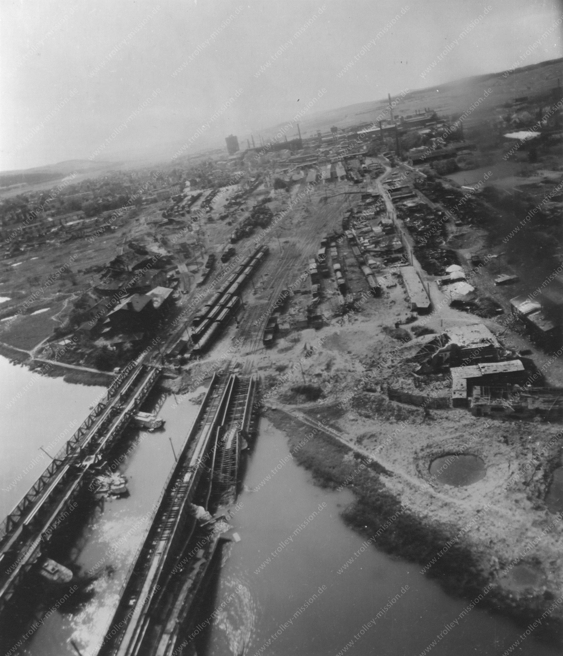 Luftaufnahme von Wetzlar nach dem Zweiten Weltkrieg auf Höhe der Eisenbahnbrücken über die Lahn