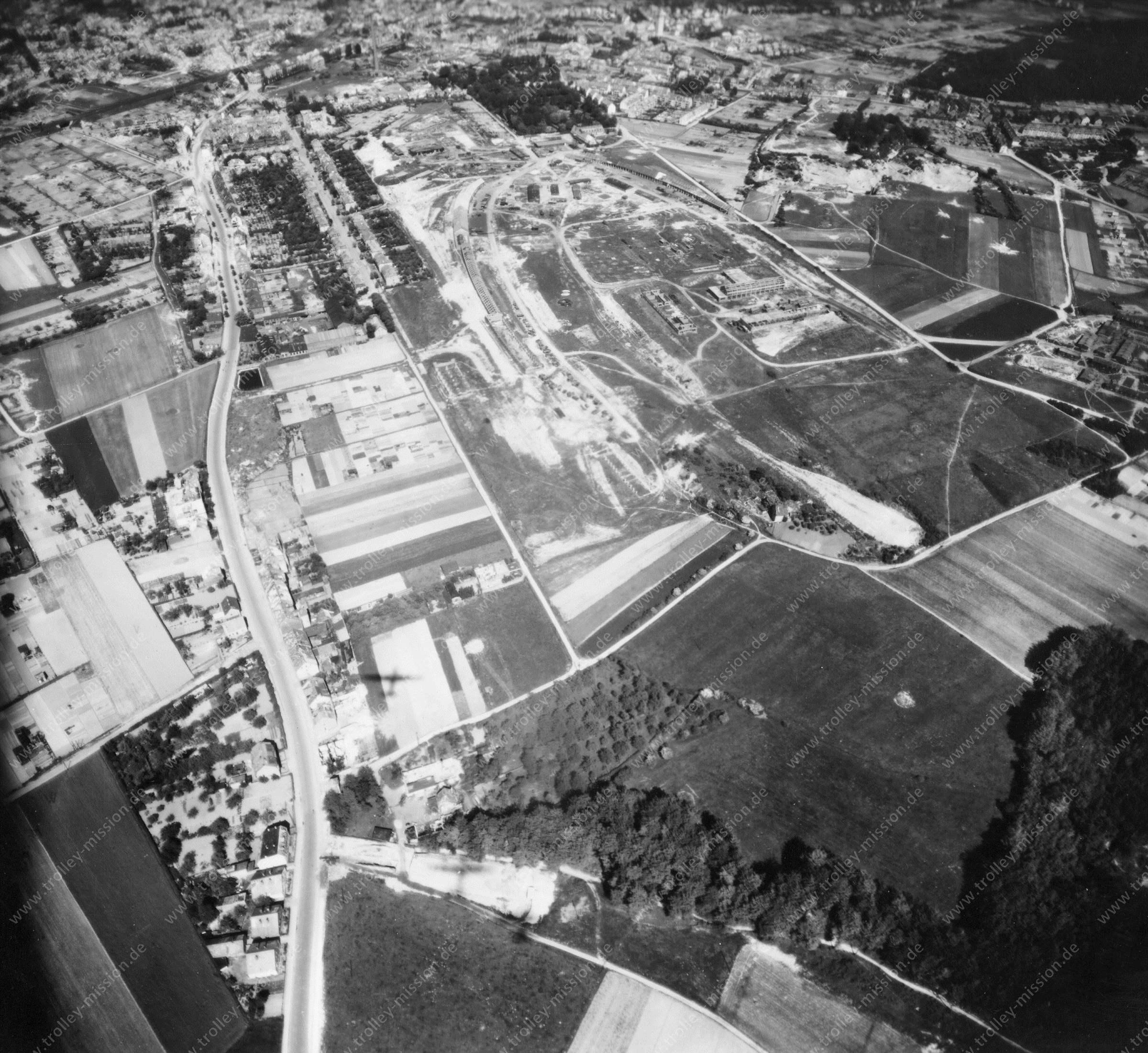 Luftbild Flak-Kaserne (Flak-Stellung) und Sutthauser Straße in Osnabrück im Mai 1945