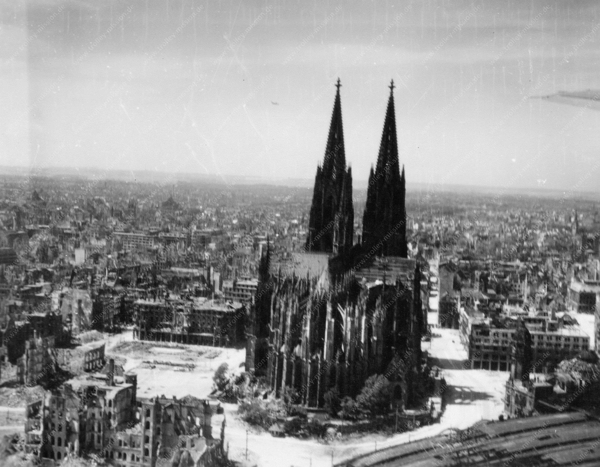 Kölner Dom Luftbild im Tiefflug mit Turm am Hauptbahnhof