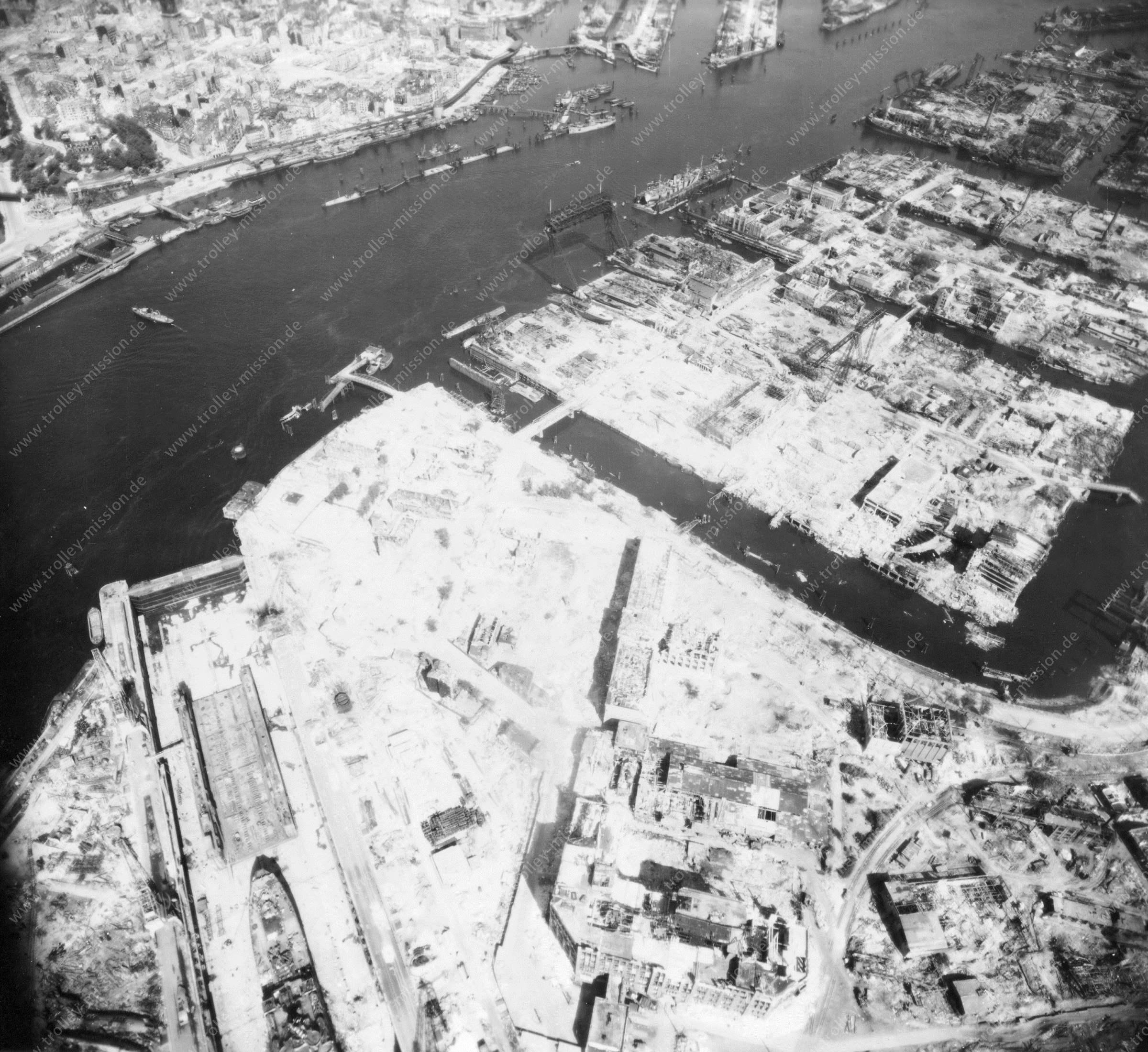 Luftbild von Hamburg und Hafen am 12. Mai 1945 - Luftbildserie 10/19 der US Air Force