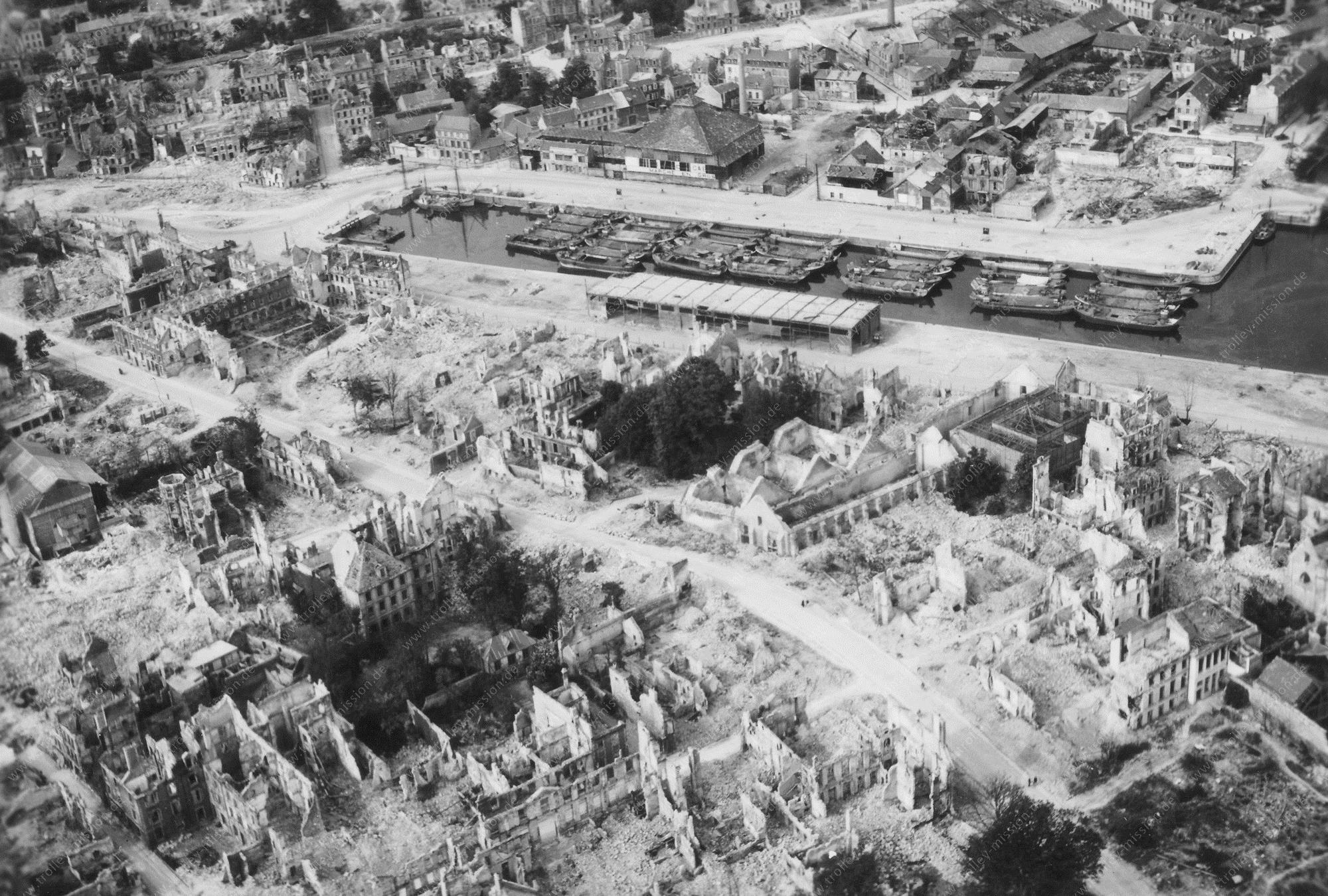 """Luftbild von Caen und dem zerstörten Hafen """"Bassin Saint-Pierre"""" (Frankreich)"""