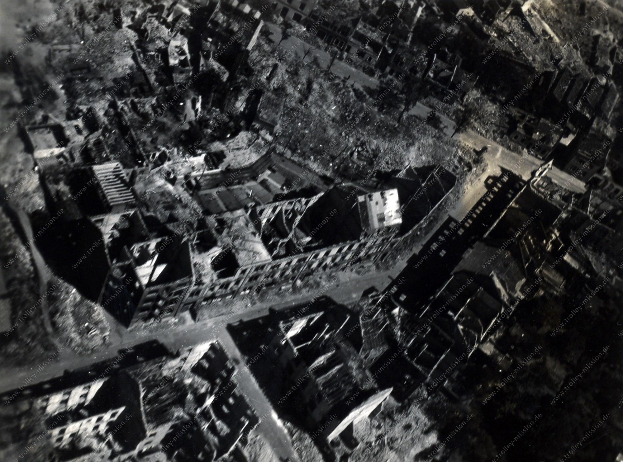 Luftbild der von Fliegerbomben zerstörten Häuser entlang der Mönchwörthstraße