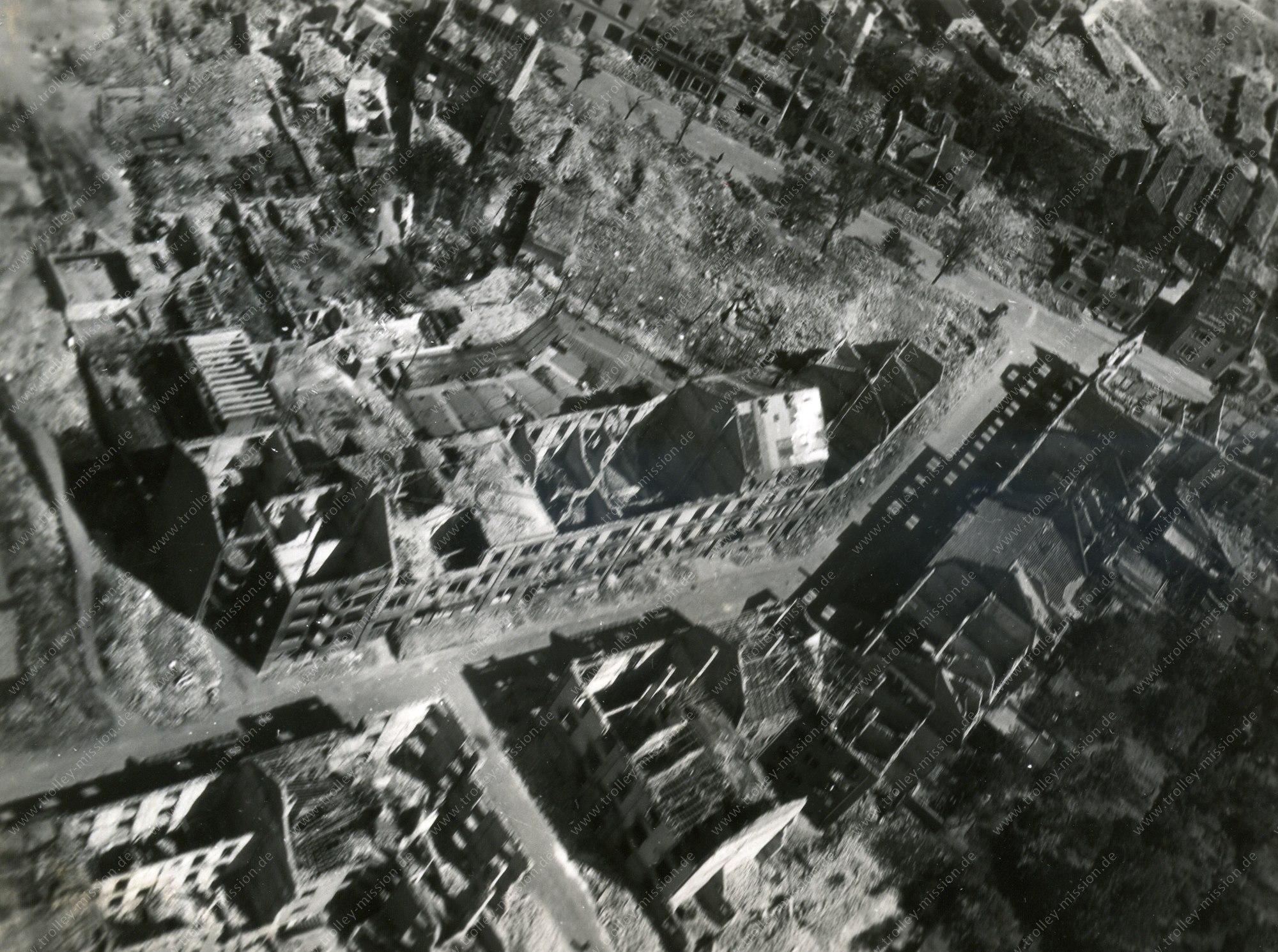 Mannheim im Zweiten Weltkrieg: Luftbild der von Fliegerbomben zerstörten Häuser entlang der Mönchwörthstraße im Stadtteil Neckarau {3}