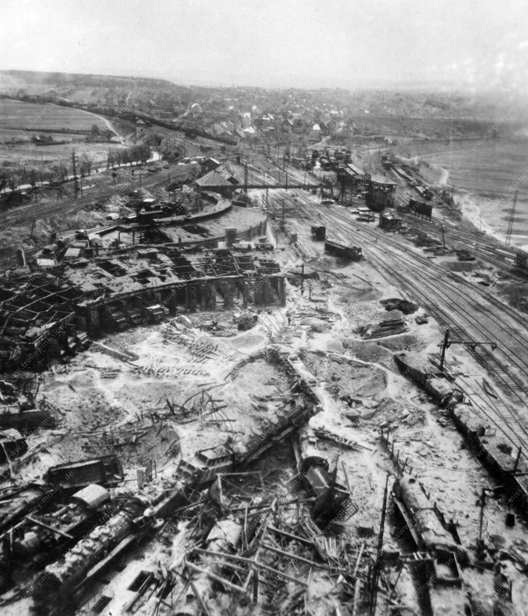 Ringlokschuppen am Bahnbetriebswerk Gießen mit zerstörten Dampflokomotiven - Luftbildserie im Tiefflug nach dem Zweiten Weltkrieg 1945