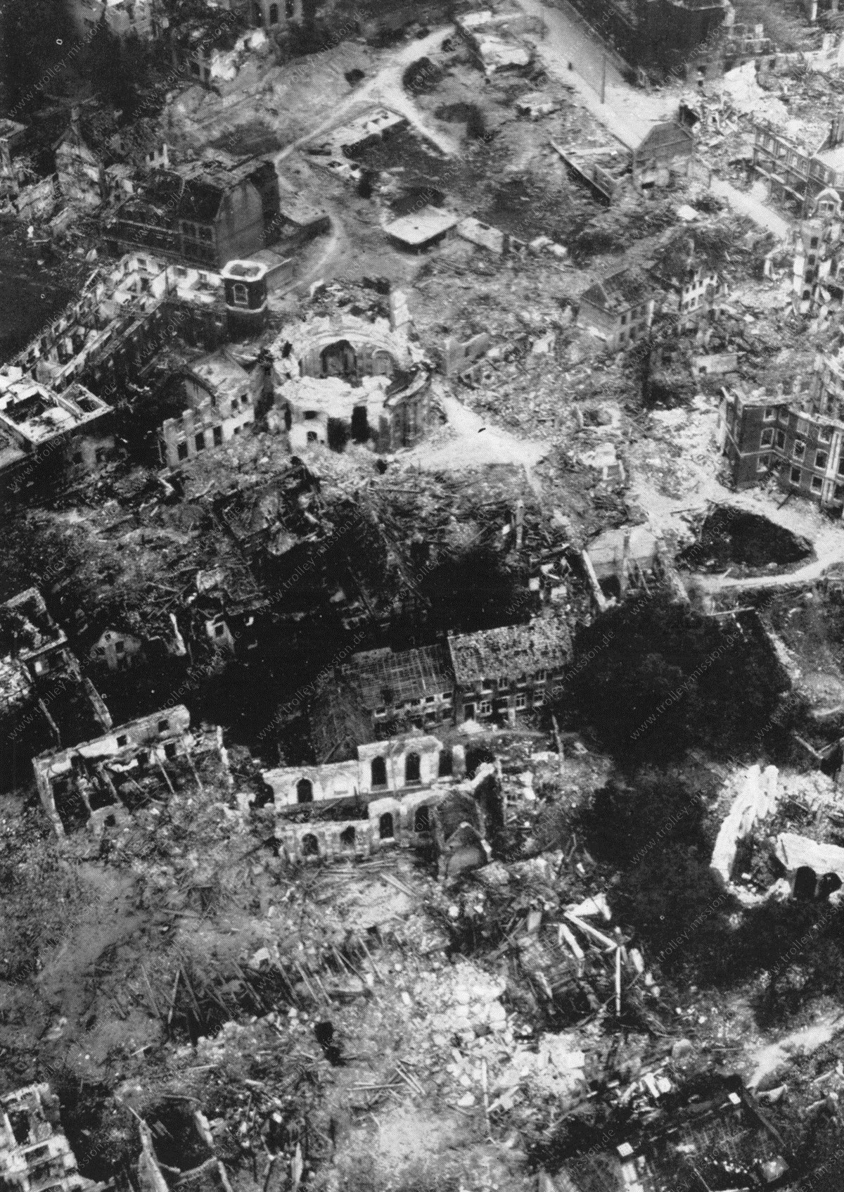 Münster im Krieg - Luftbild von Erbdrostenhof und Clemenskirche sowie St. Servatii-Kirche in Trümmern