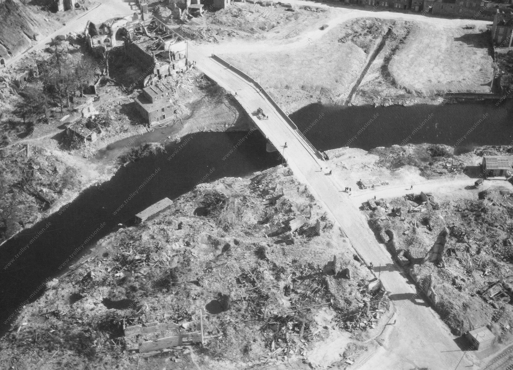Unbekanntes Luftbild Fluß mit Brücke