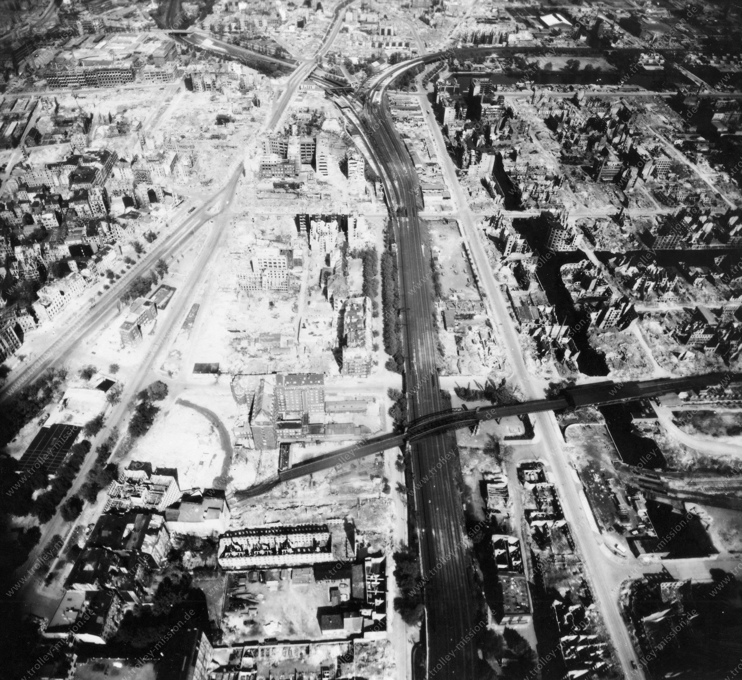 Luftbild von Hamburg und Hafen am 12. Mai 1945 - Luftbildserie 16/19 der US Air Force