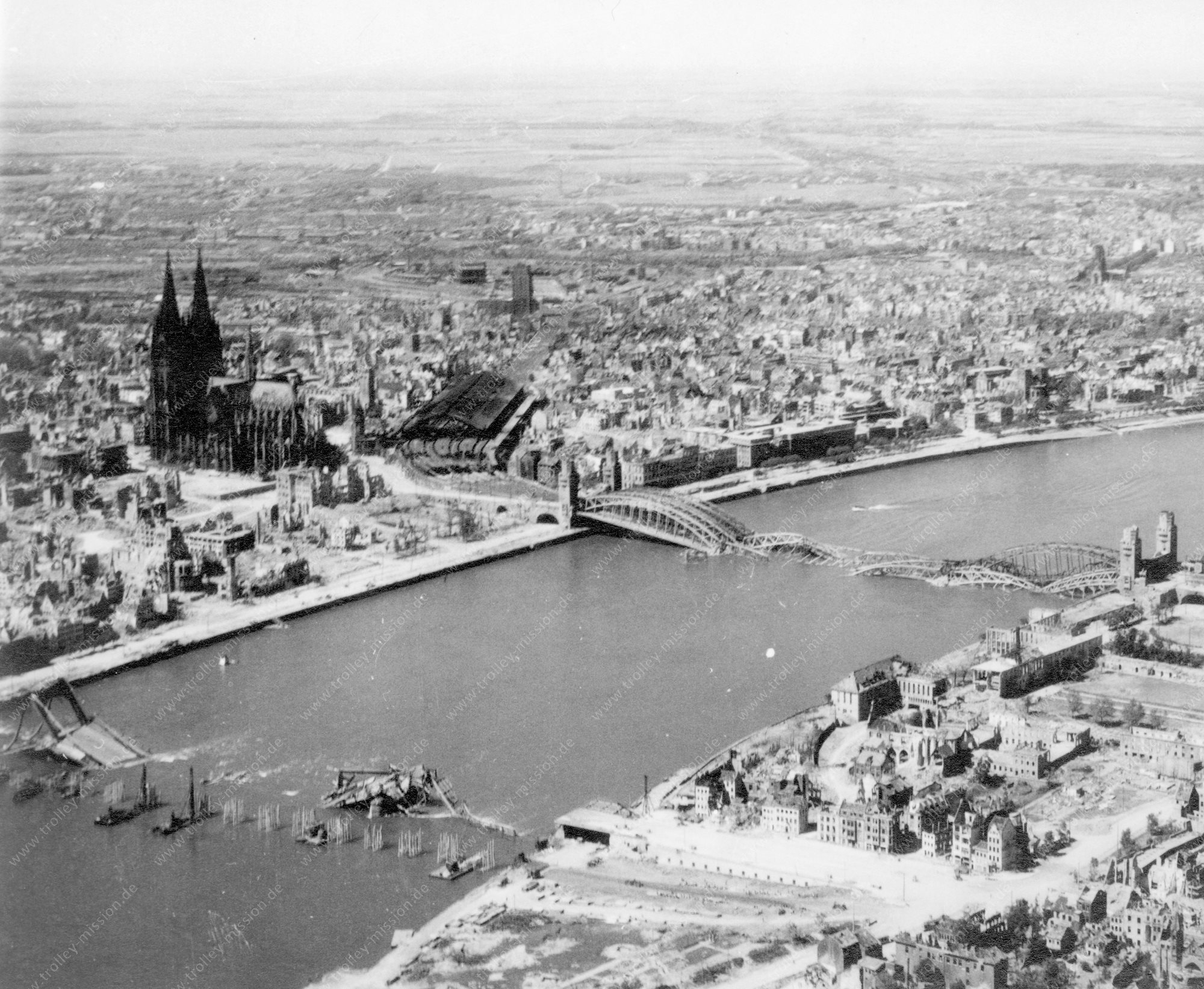 Köln Luftbild der Deutzer Hängebrücke und Hohenzollernbrücke im Zweiten Weltkrieg