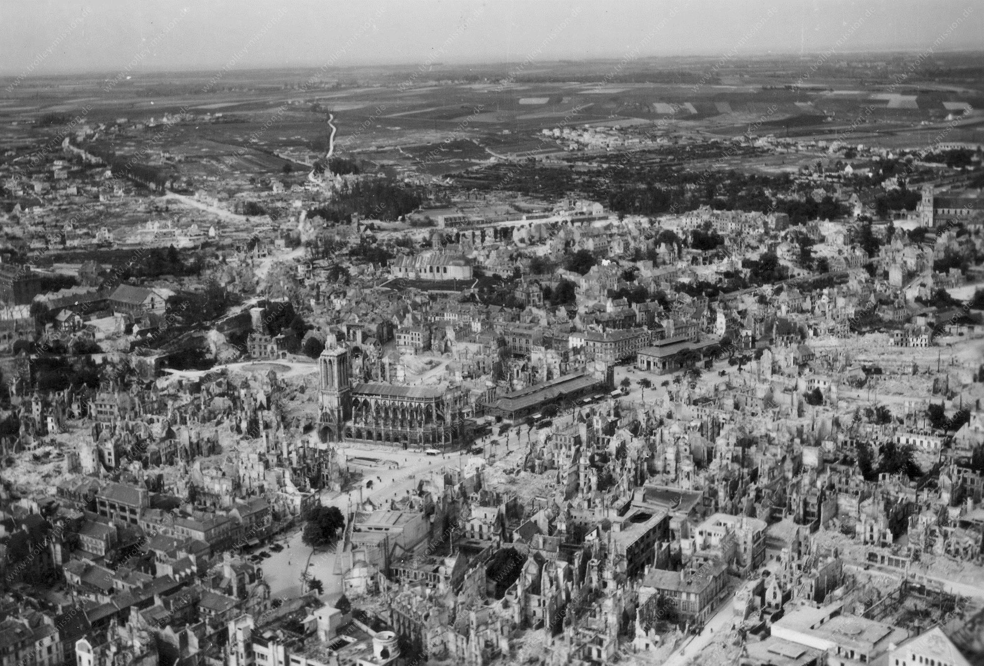 Luftbild der Kirche Saint-Étienne und der zerstörten Stadt Caen (Frankreich)