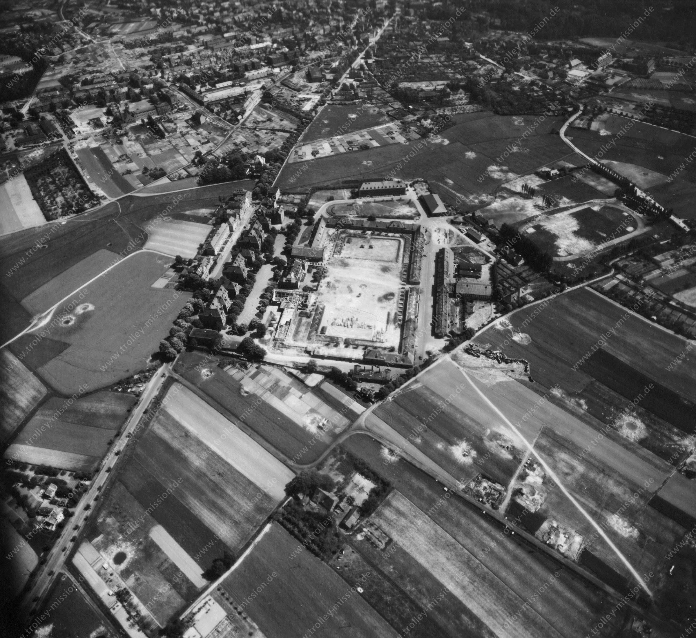 Steinfurter Straße und Kaserne (Leonardo Campus) - Luftbildserie 2/11 der US Air Force von Münster (12. Mai 1945)
