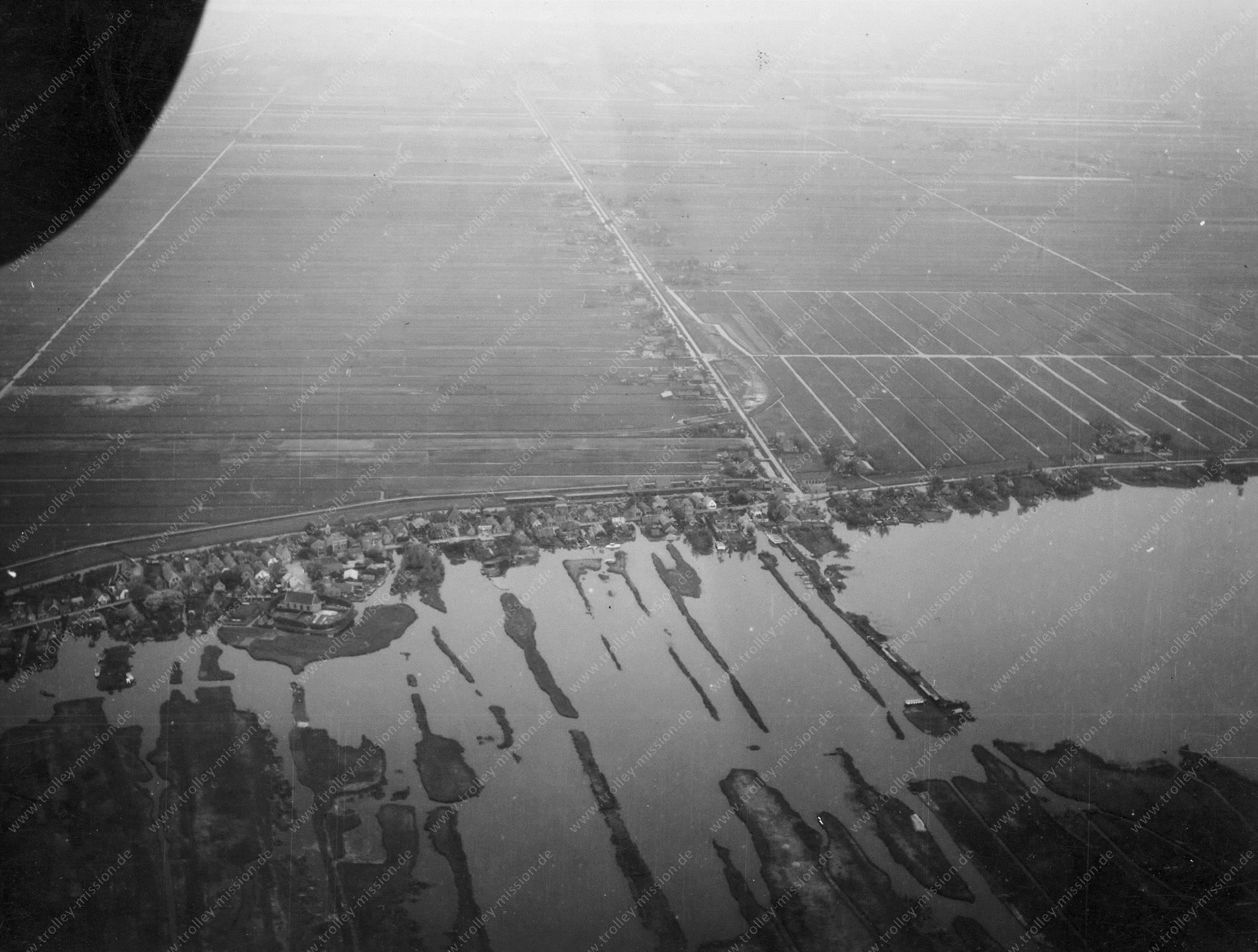 Unbekanntes Luftbild Überschwemmte Landschaft mit Luftschraube im Bild, kleines Dorf