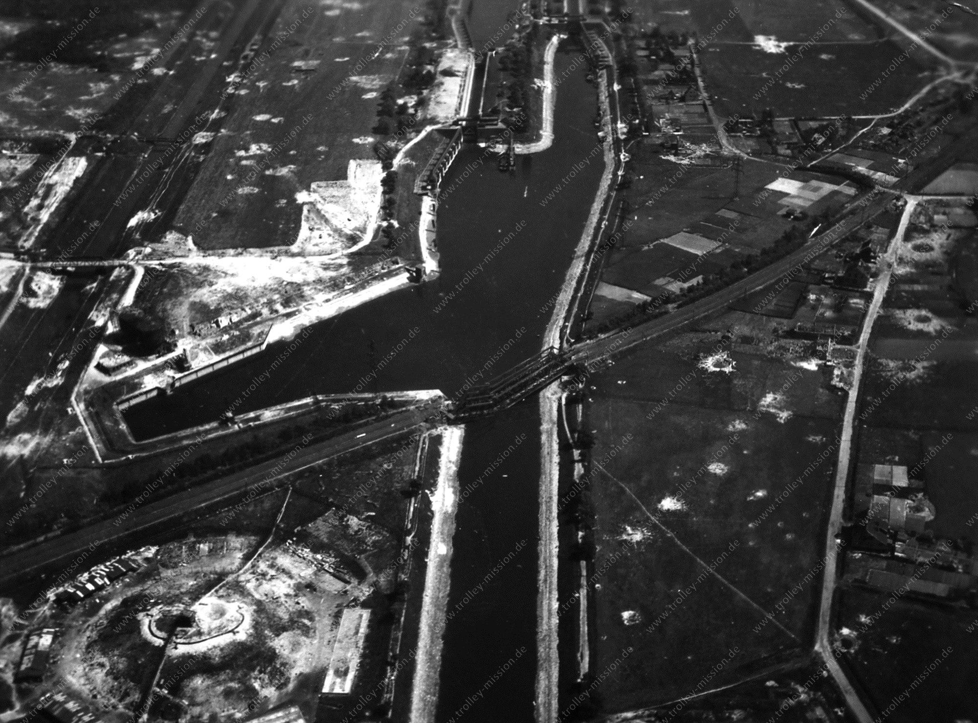 Schleuse Gelsenkirchen und Rhein-Herne-Kanal - Luftbild nach dem Zweiten Weltkrieg im Mai 1945