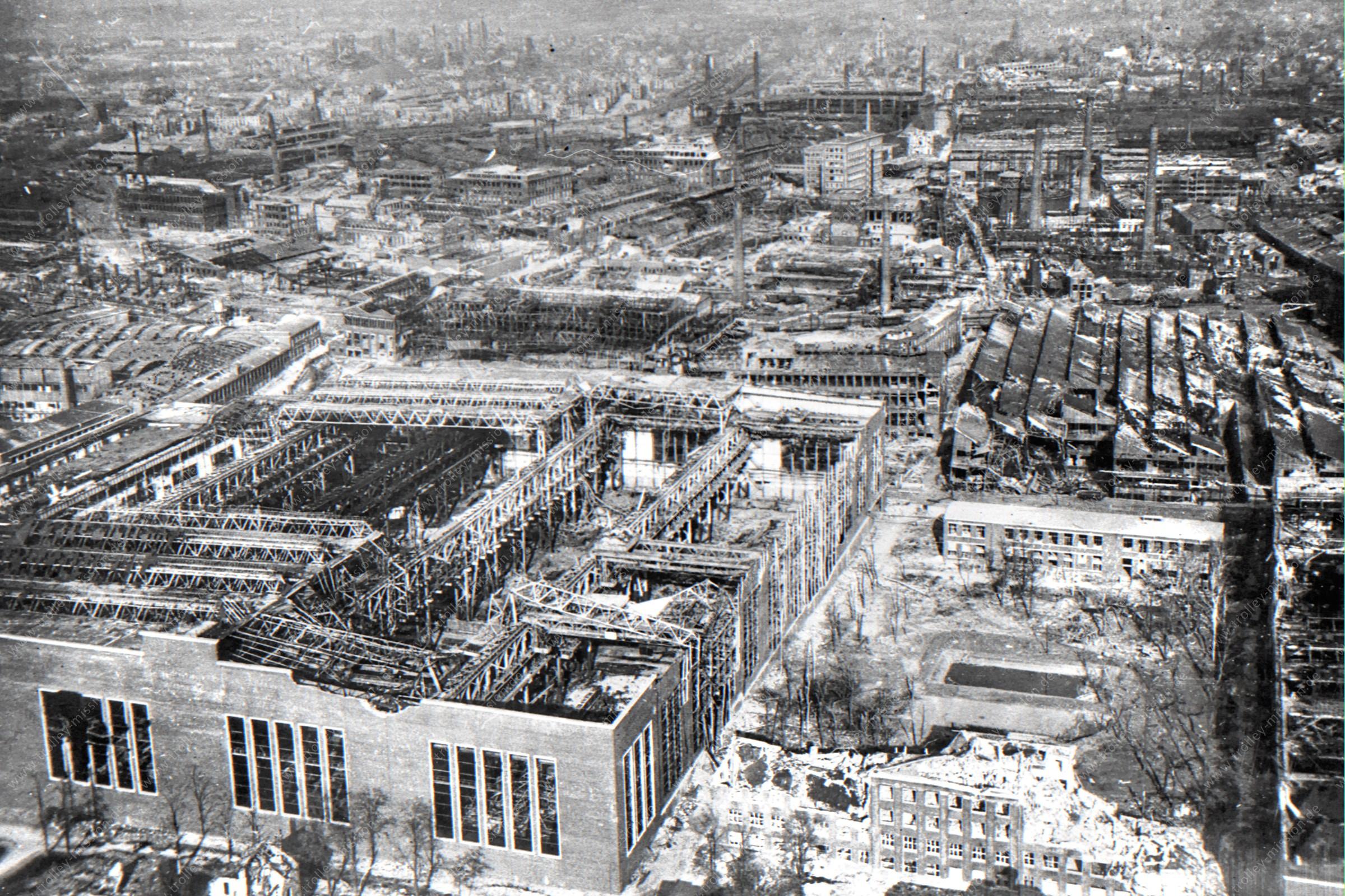 Luftbild der Ruinen des Gußstahlwerk Friedrich Krupp in Essen im Mai 1945 an der Haedenkampstraße