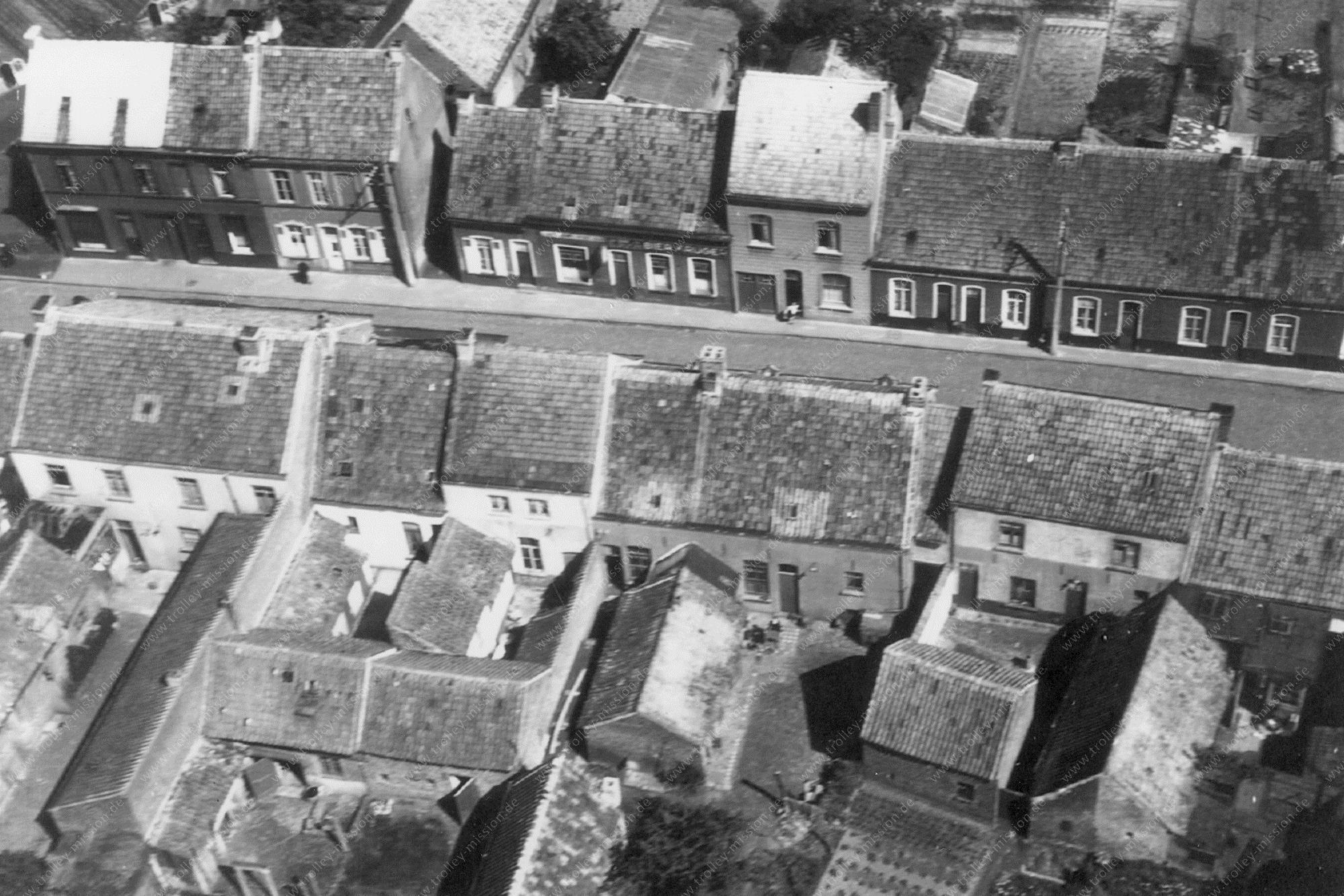 Unbekanntes Luftbild Kleine Straße Aufschrift Bier Krüge über dem Laden