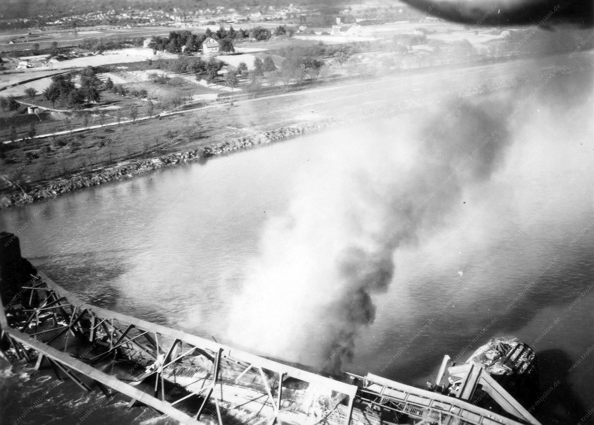Flugzeugabsturz bei Neuwied im Stadtteil Engers an der Urmitzer Eisenbahnbrücke