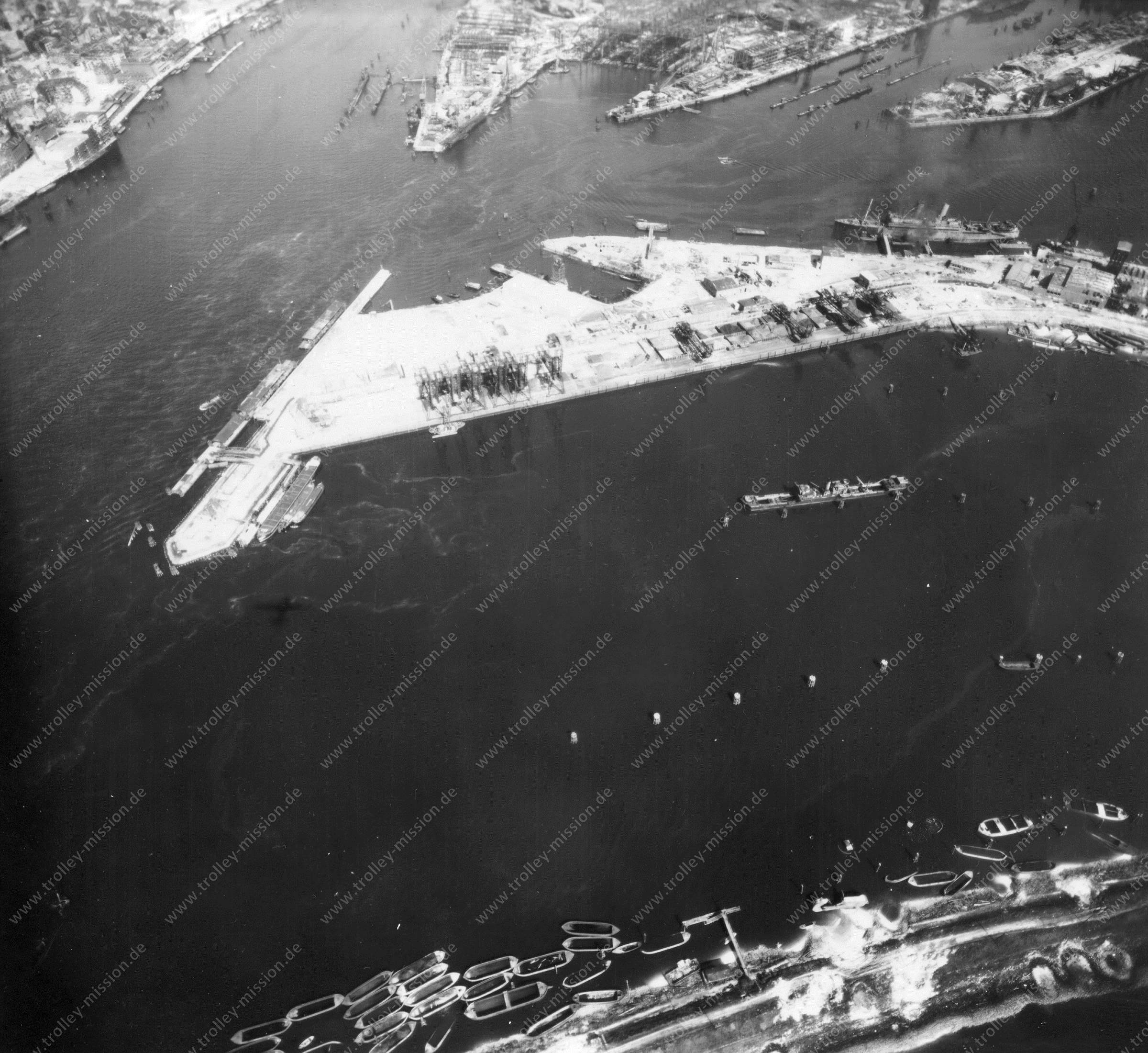 Luftbild von Hamburg und Hafen am 12. Mai 1945 - Luftbildserie 8/19 der US Air Force