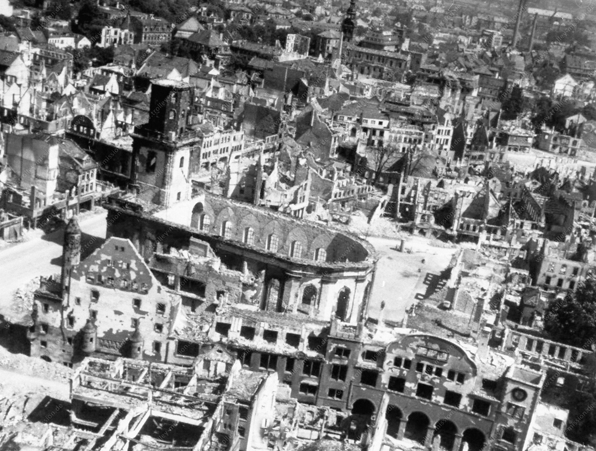 Luftbild der durch Fliegerbomben zerstörten Dreifaltigkeitskirche (Reformations-Gedächtnis-Kirche zur Heiligen Dreifaltigkeit) in Worms