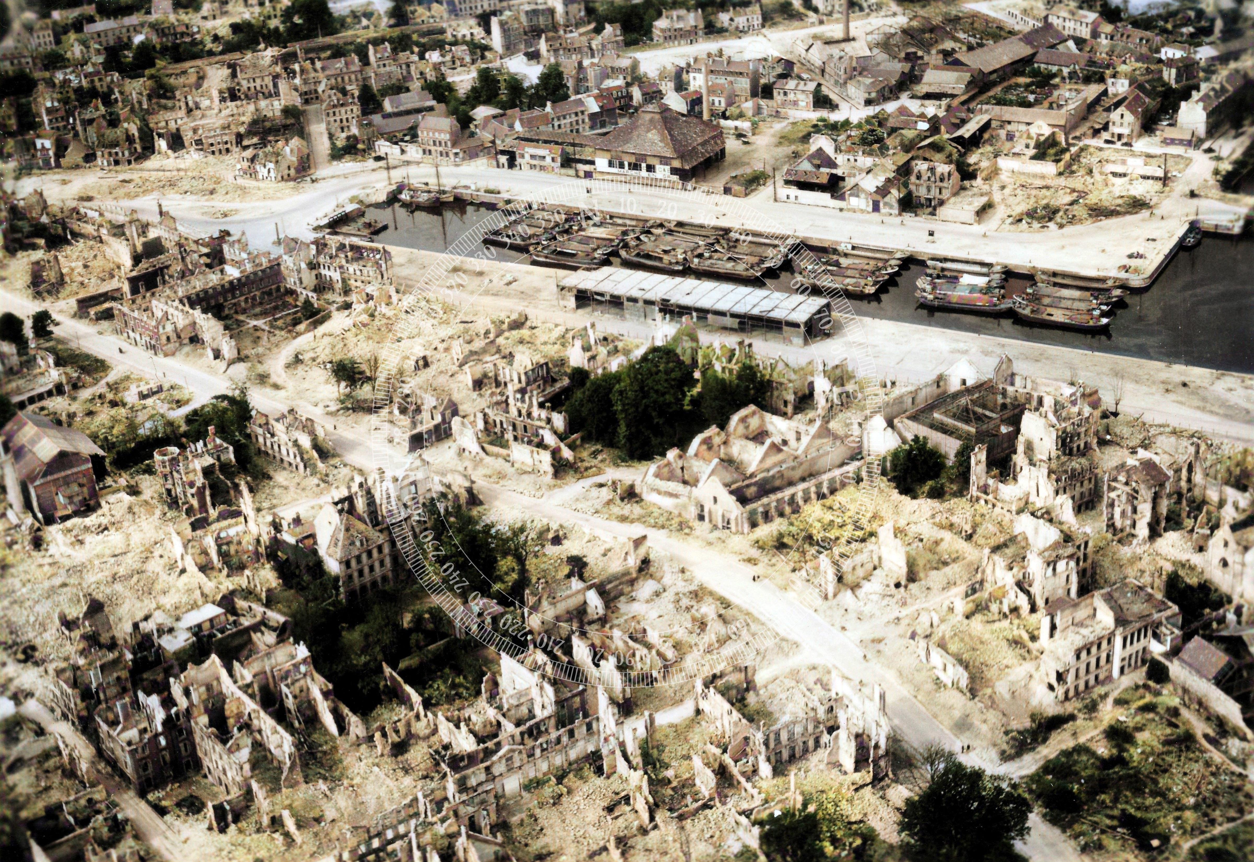 """DeOldify Kolorierung: Luftbild von Caen und dem zerstörten Hafen """"Bassin Saint-Pierre"""" (Frankreich)"""