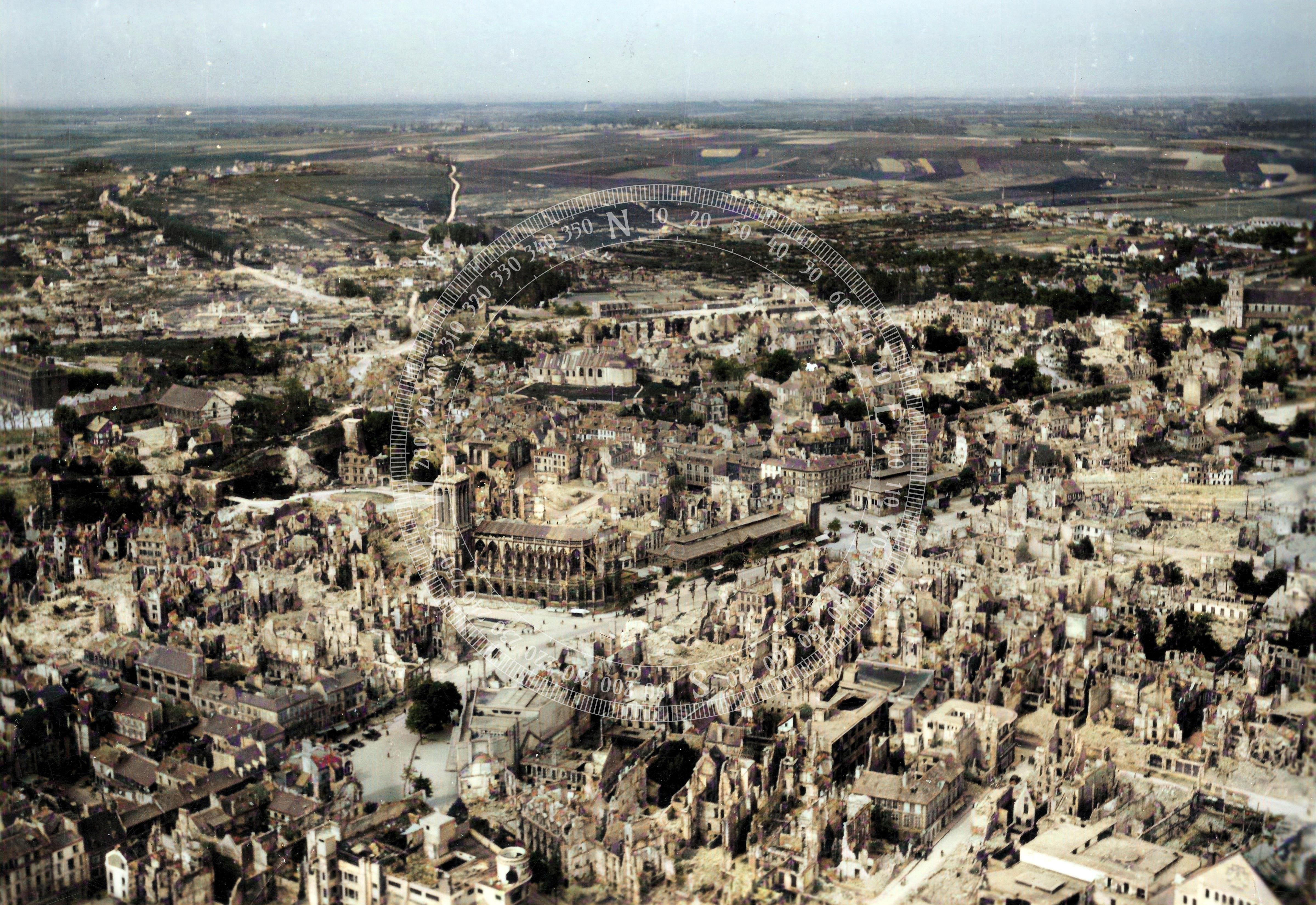 DeOldify Kolorierung: Luftbild der Kirche Église Saint-Pierre und der zerstörten Stadt Caen (Frankreich)