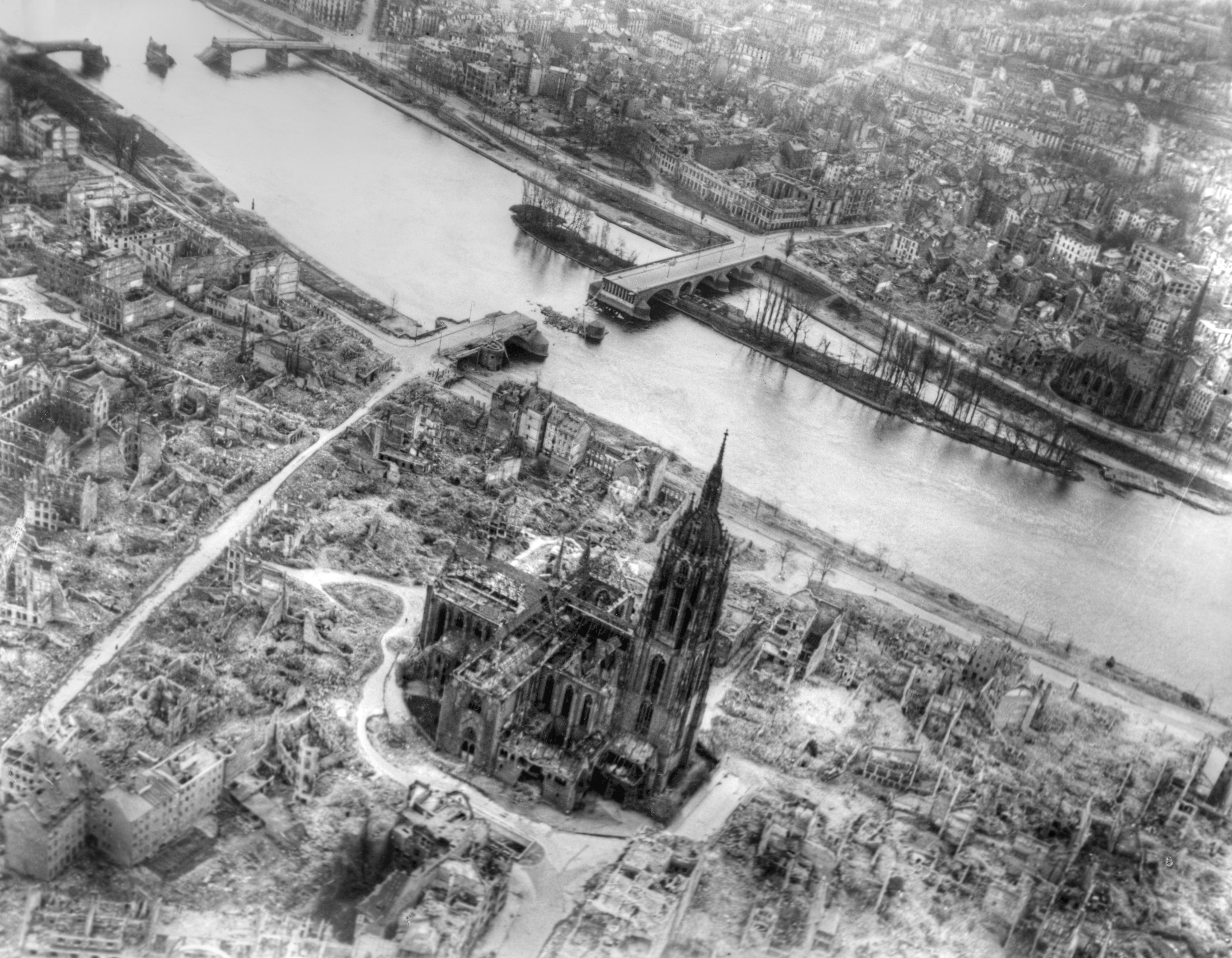 Nach den Bombenangriffen auf die Altstadt von Frankfurt am Main 1945 - Dom und Alte Brücke
