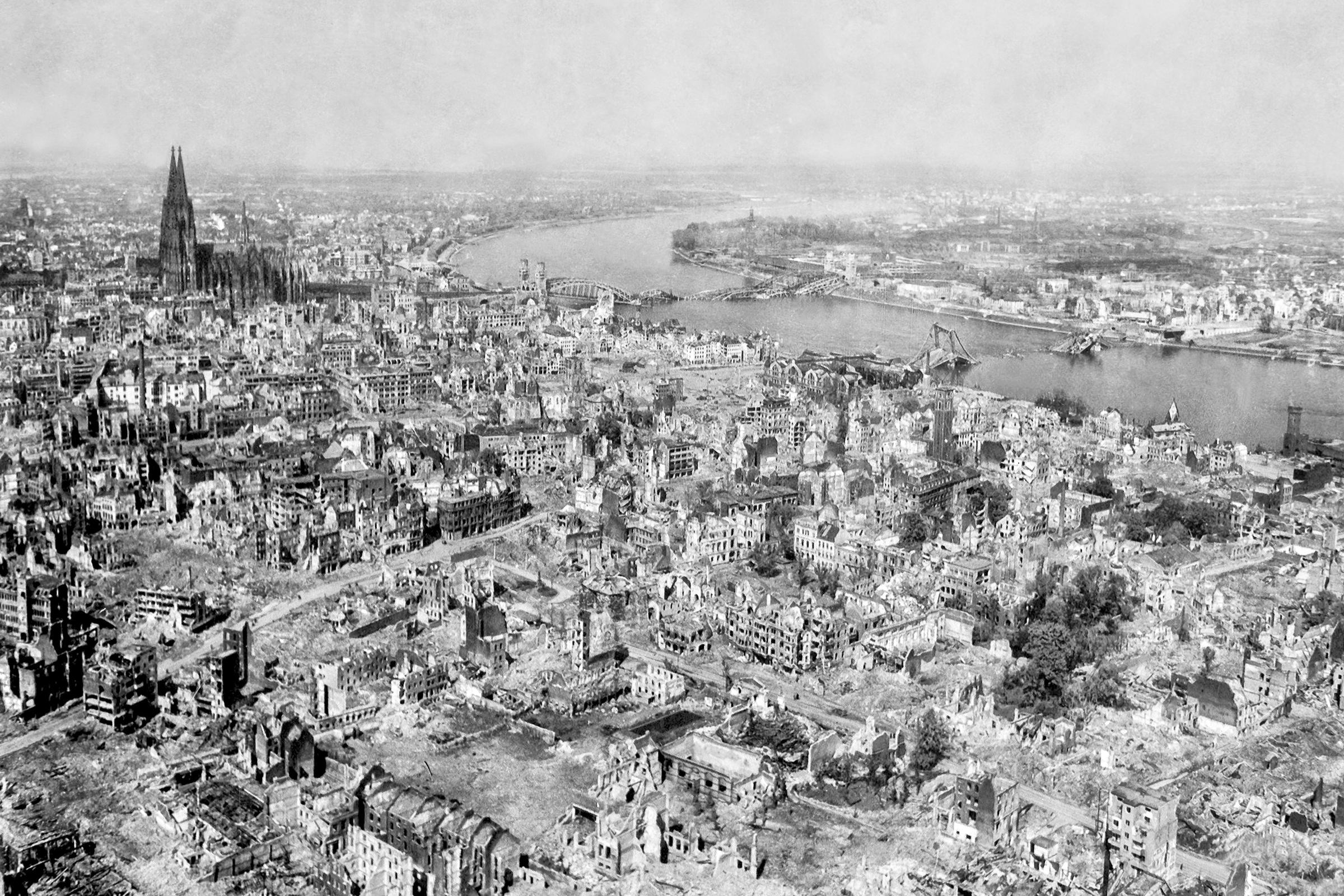 Nach den Bombenangriffen auf Köln am Rhein 1945 - Dom sowie Hohenzollernbrücke und Deutzer Brücke