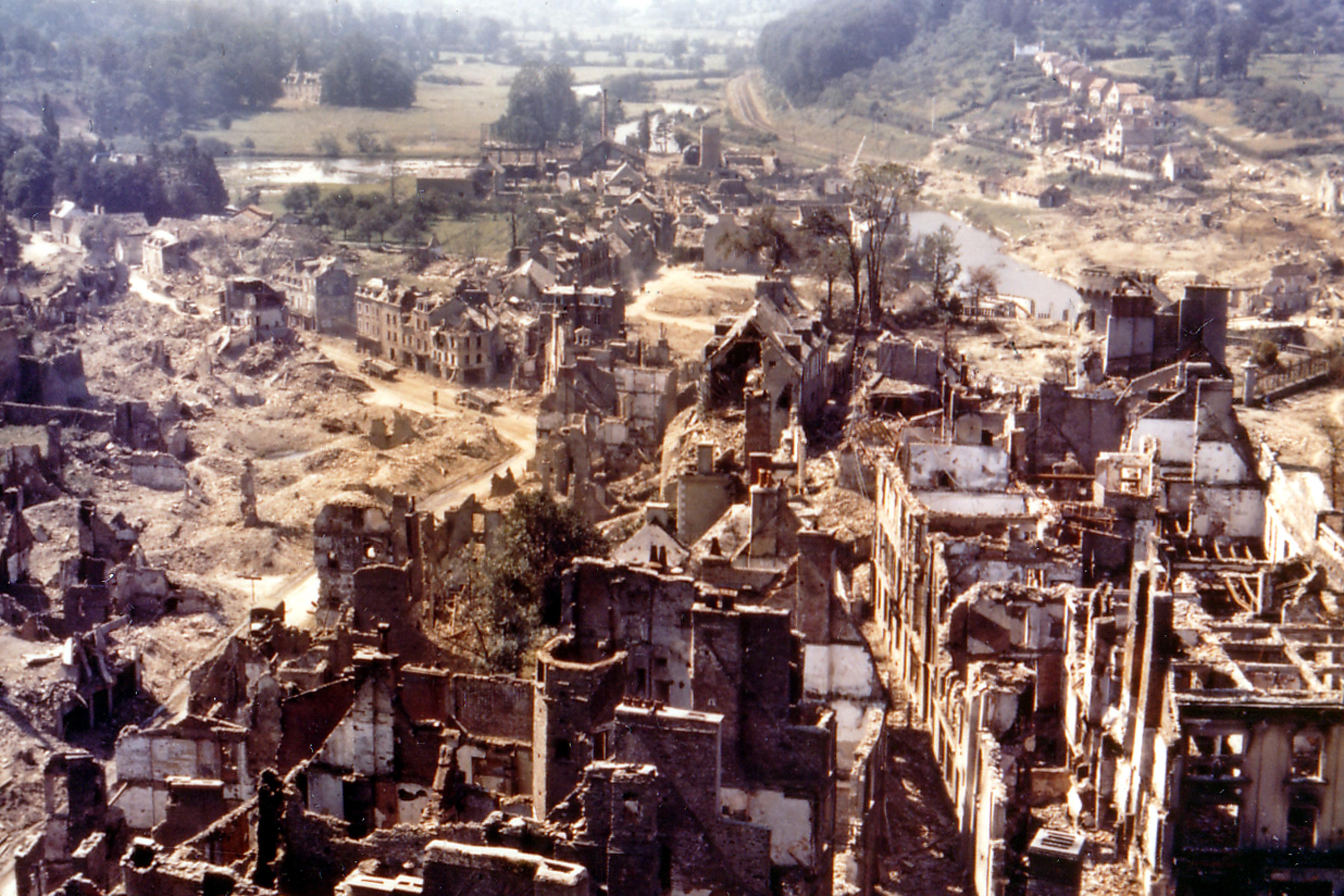 Vue aérienne de la ville Saint-Lô après la «Bataille de Saint-Lô» de juillet 1944
