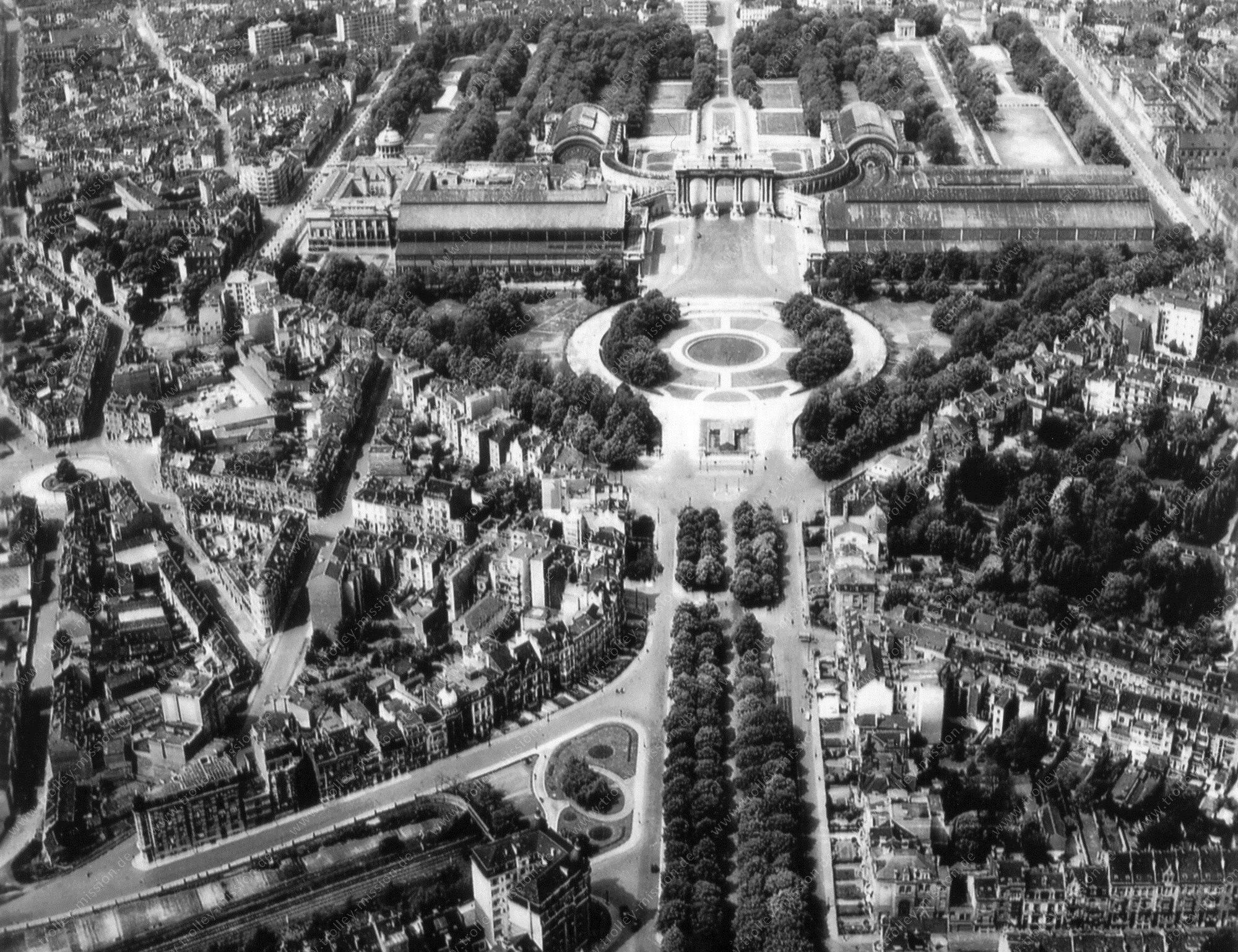 """Luchtfoto triomfboog in het Jubelpark (""""Parc du Cinquantenaire"""") in de Belgische hoofdstad Brussel"""