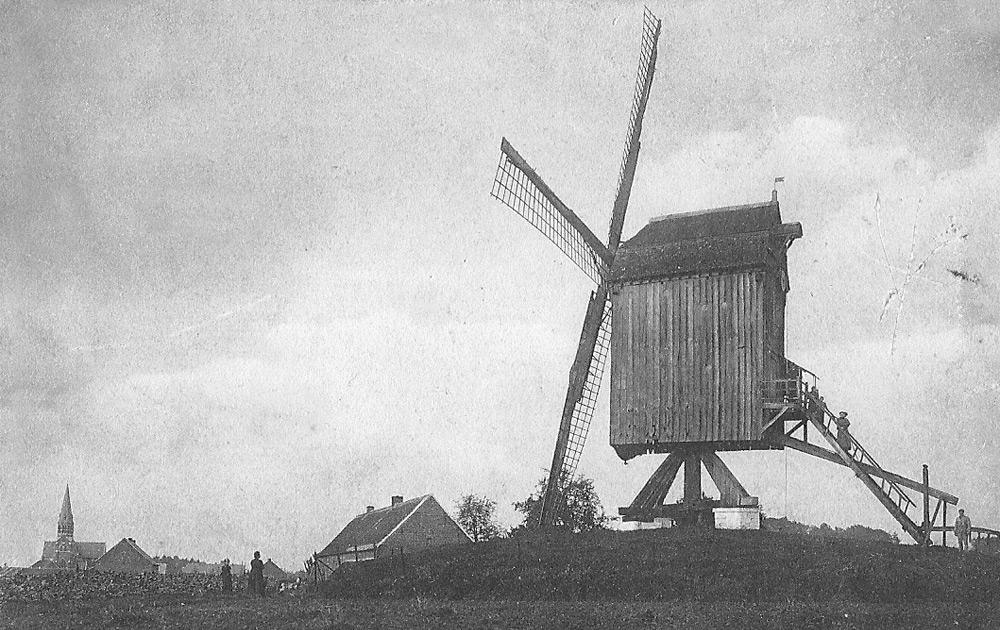 Windmolen en Sint-Gaugericuskerk in Pamel (Roosdaal) 1910
