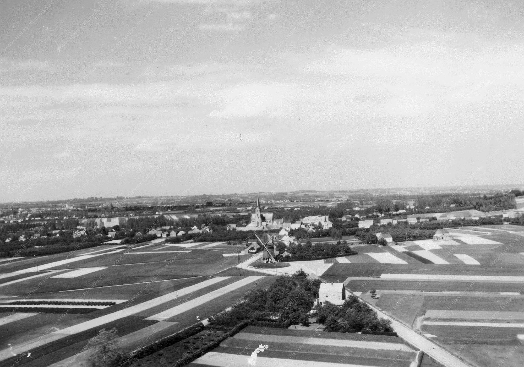 Luchtfoto Windmolen en Sint-Gaugericuskerk in Pamel (Pajottenland) een deelgemeente van Roosdaal