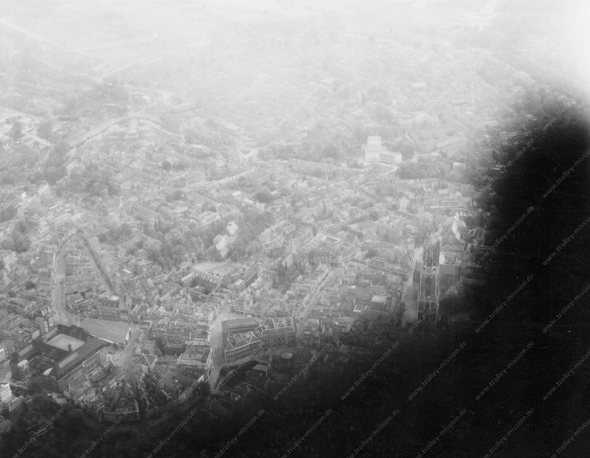Dom van Utrecht: Militaire luchtfoto van Domplein en omgeving 1945
